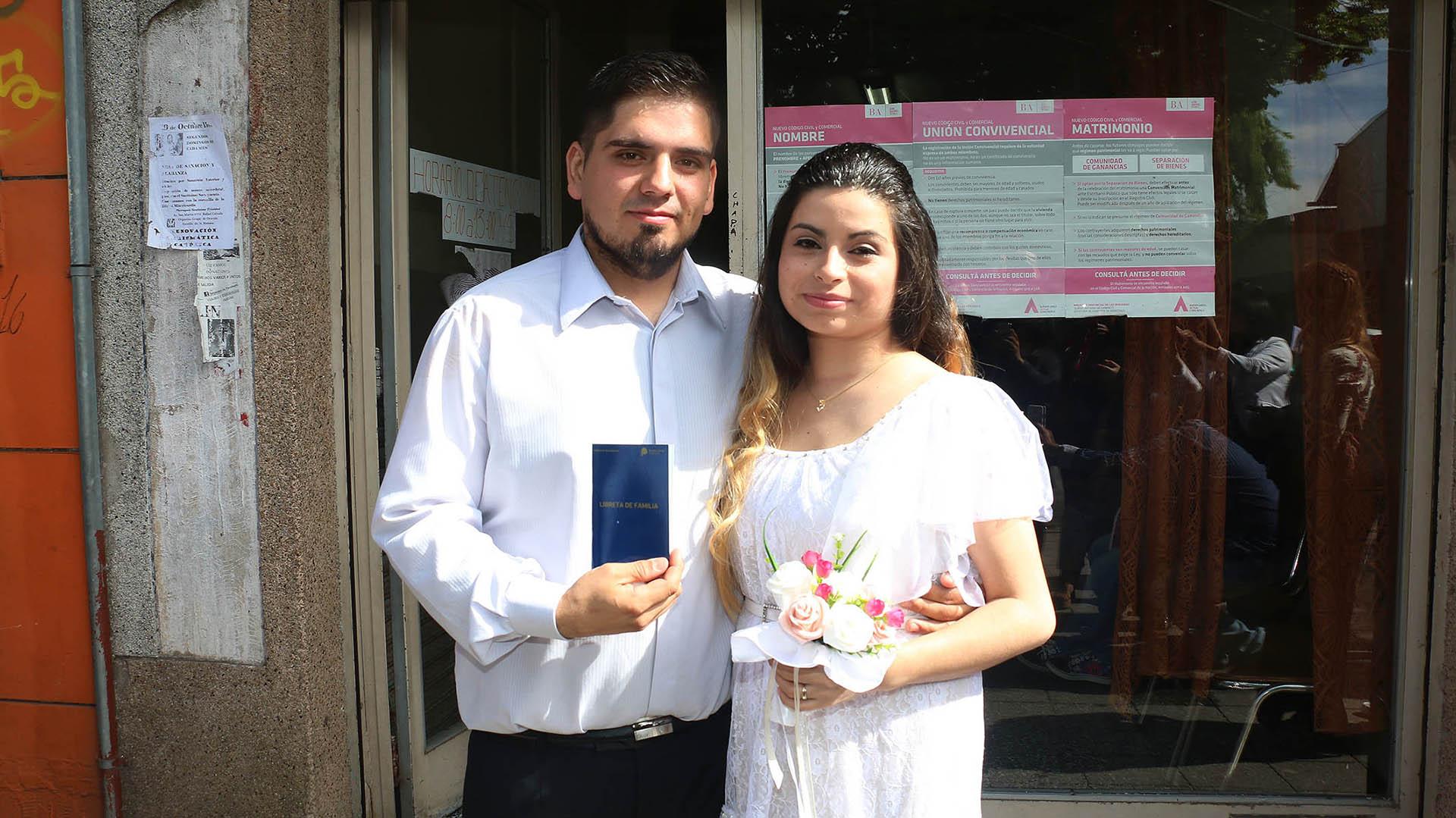 La pareja con la libreta de casamiento