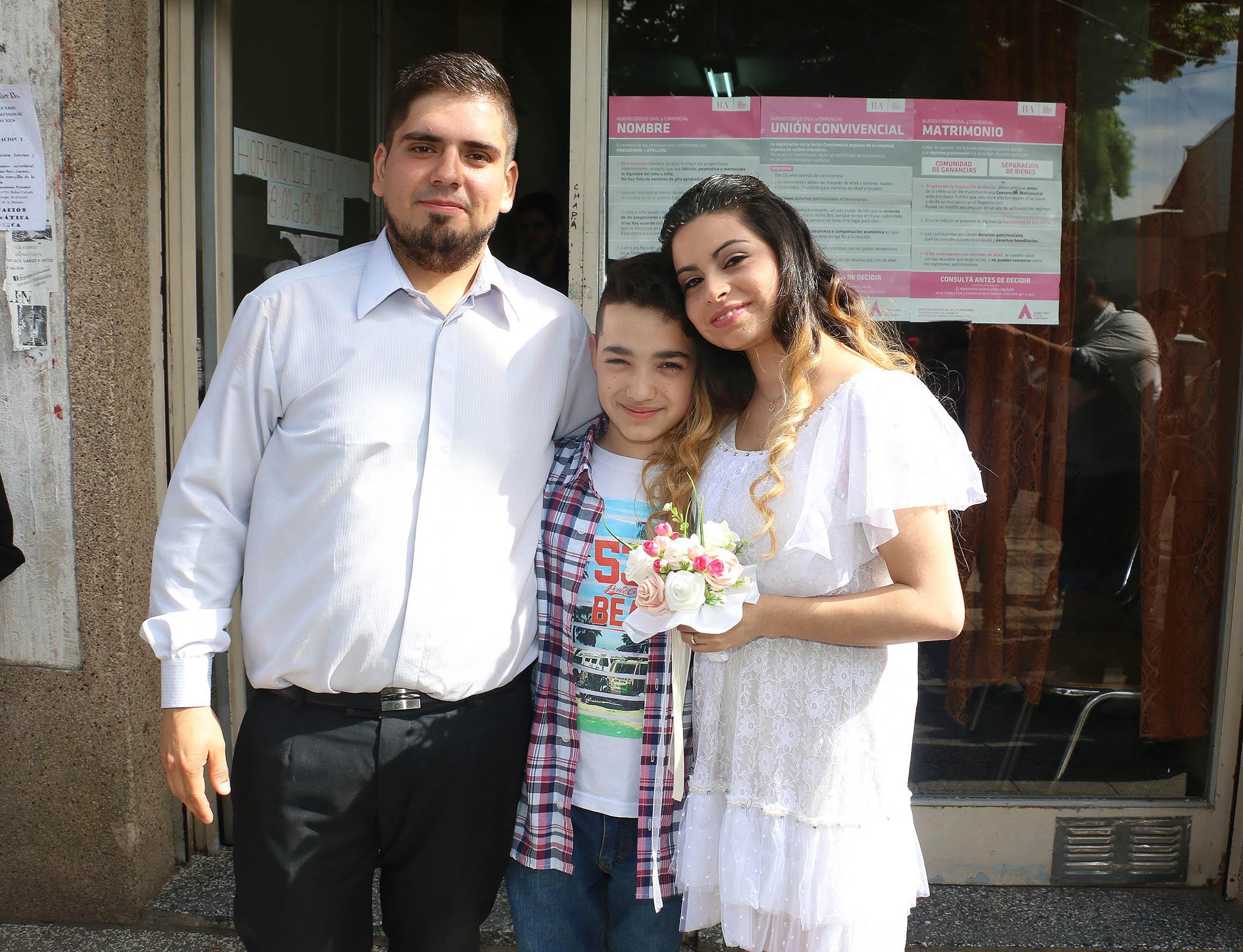 La pareja junto a Agustín, el hijo de Daniela