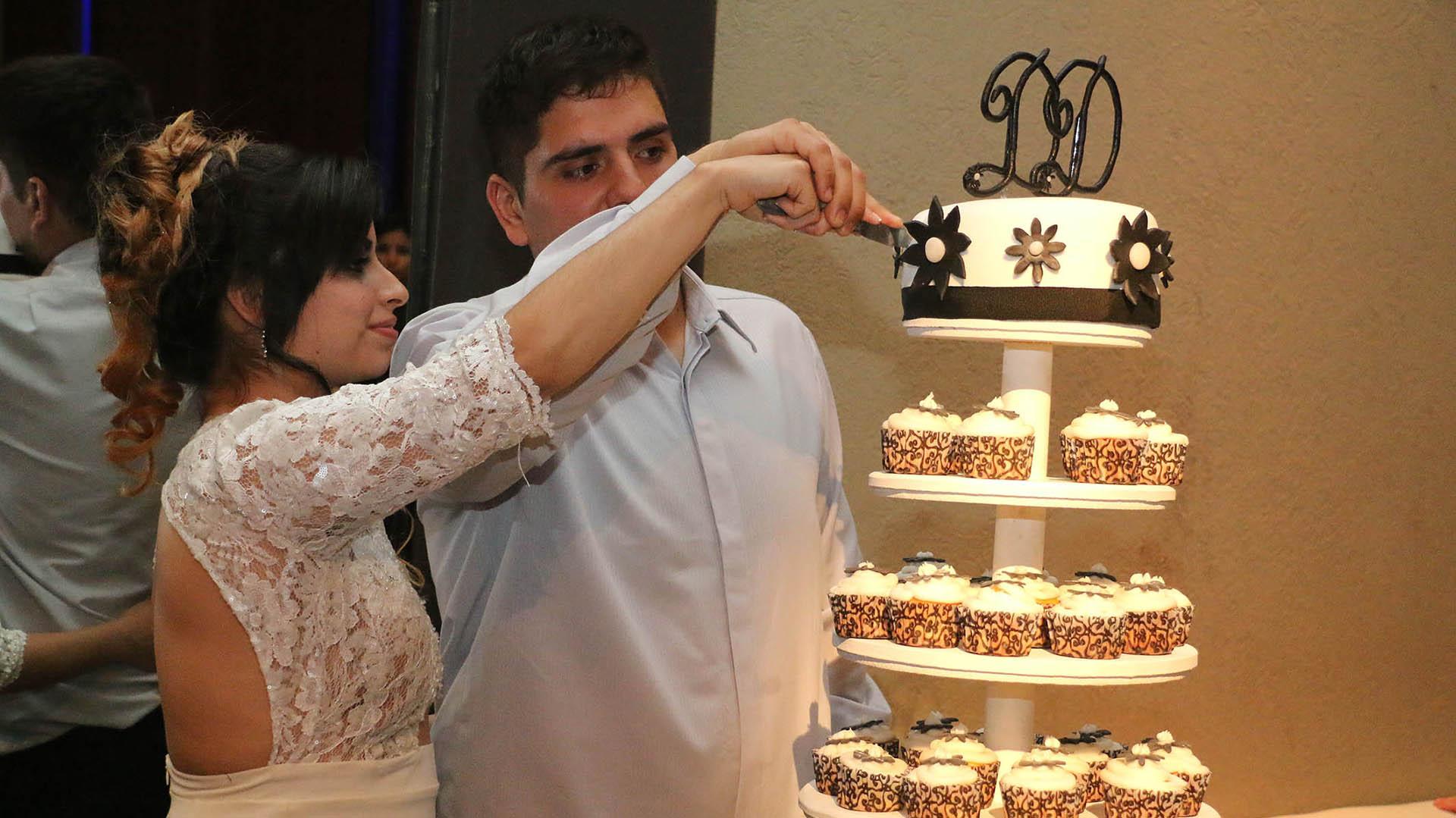 Diego y Daniela cortando la torta