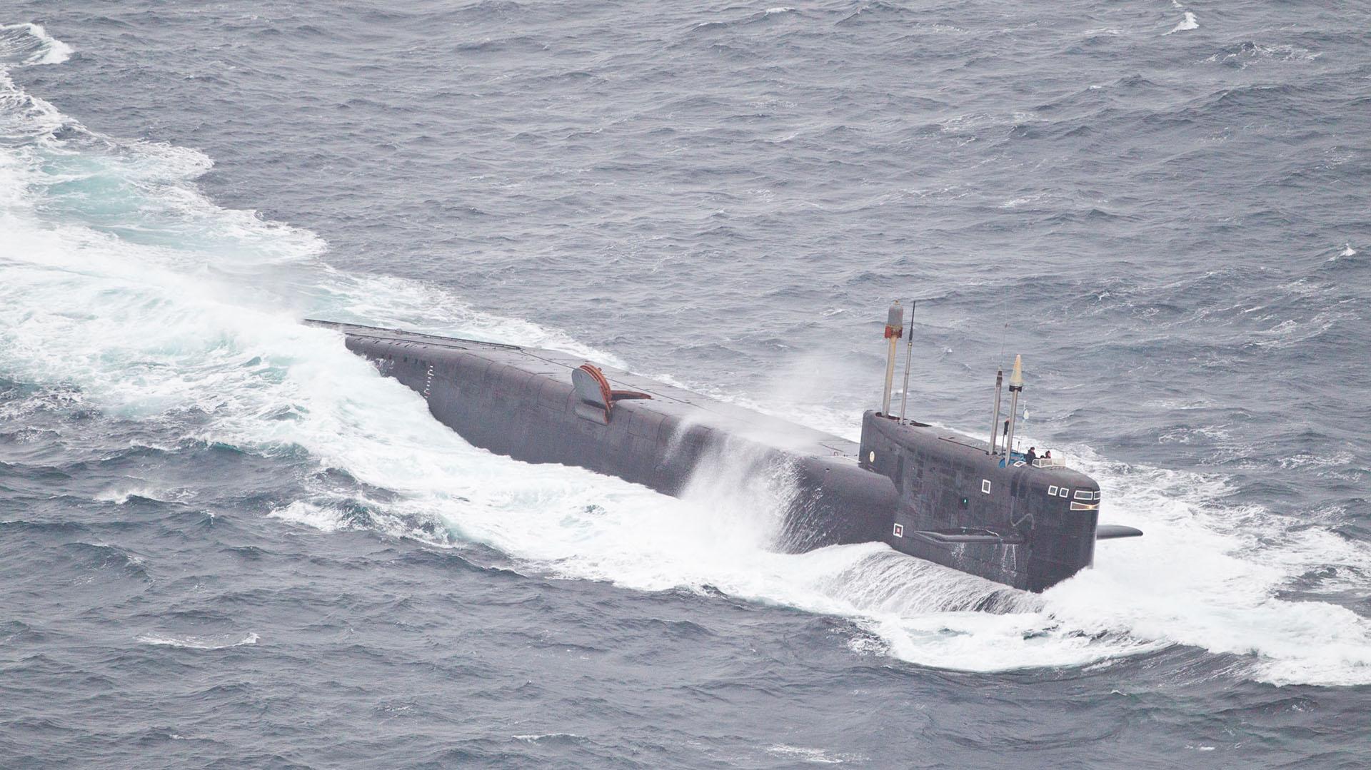 Un submarino nuclear también atravesará el Canal de la Mancha, lo que suma tensión a la relación de Rusia con el Reino Unido (AFP)