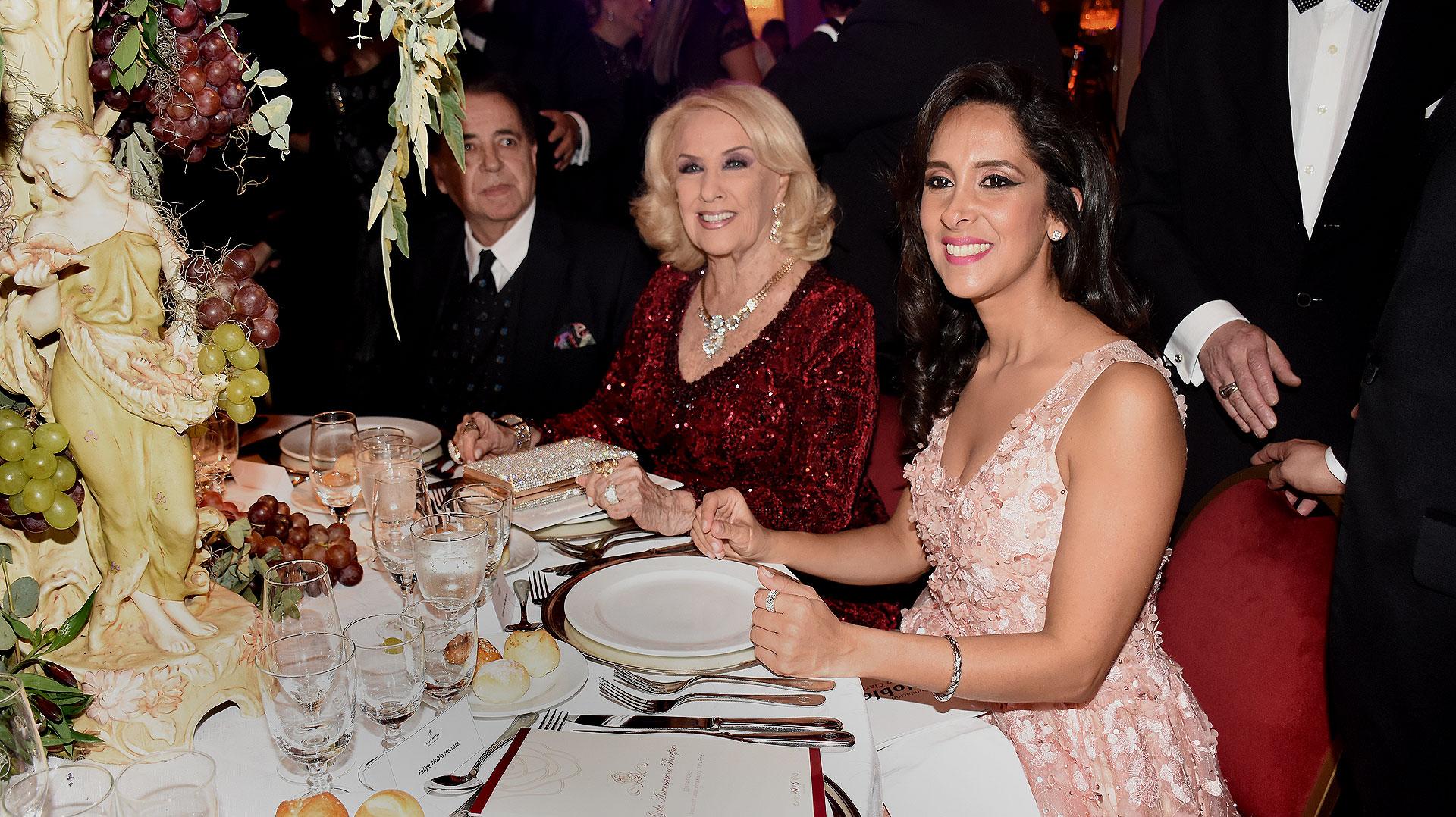 Vanesa Noble Herrera junto a Mirtha Legrand en la mesa principal