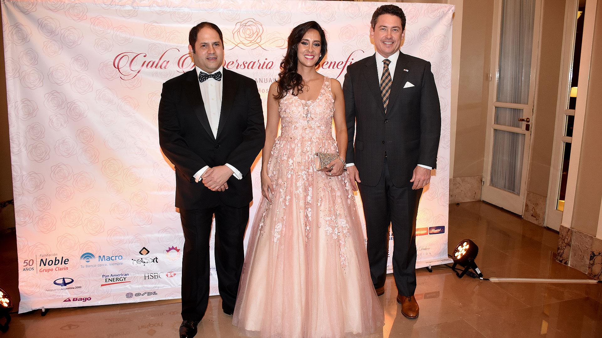El matrimonio Noble Herrera junto al embajador de los Estados Unidos en la Argentina, Noah Mamet