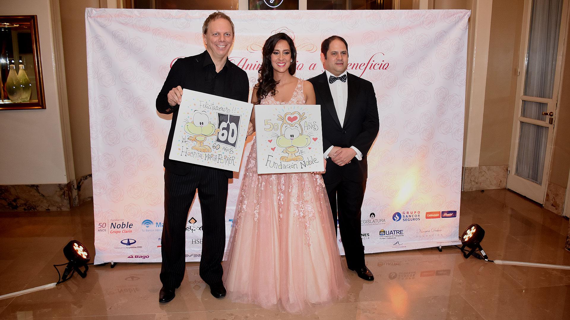 El caricaturista Nik junto a Vanesa y Felipe Noble Herrera