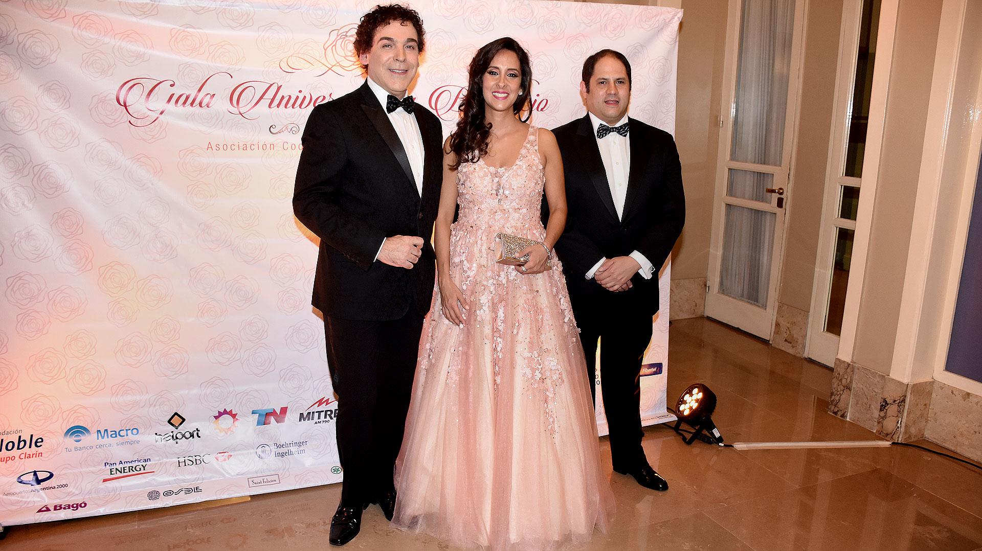 Sergio Company junto al matrimonio Noble Herrera