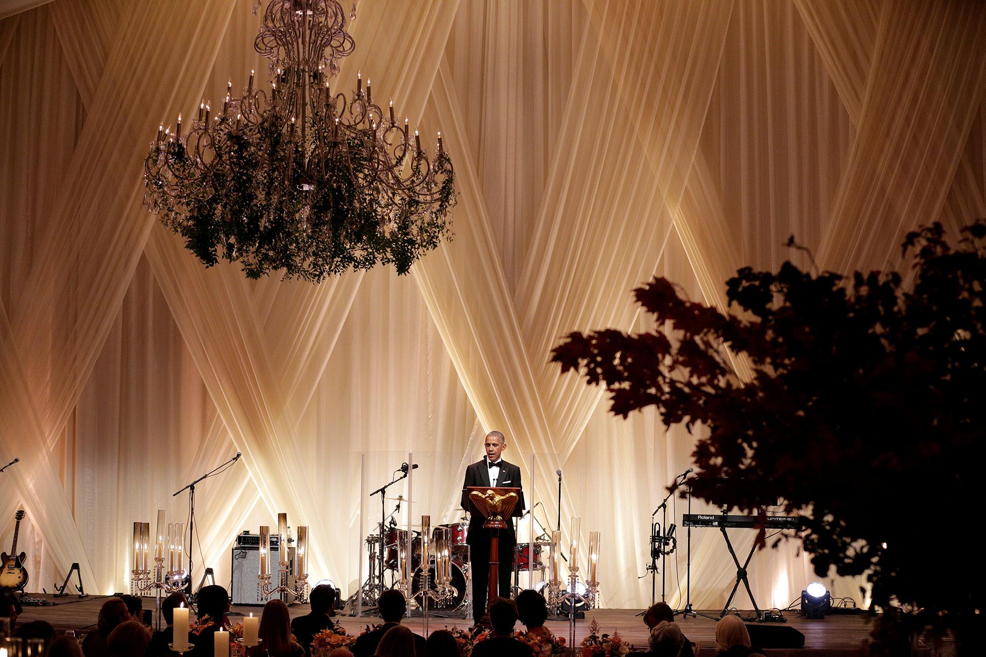 """""""Nos divertimos tanto la última vez"""", indicó Obama sobre la asistencia de Donald Trump a la gala de 2011. Asimismo, se preguntó por qué Trump no habría asistido este año. """"Está la sala llena de periodistas, celebridades y cámaras, y dice que no"""""""