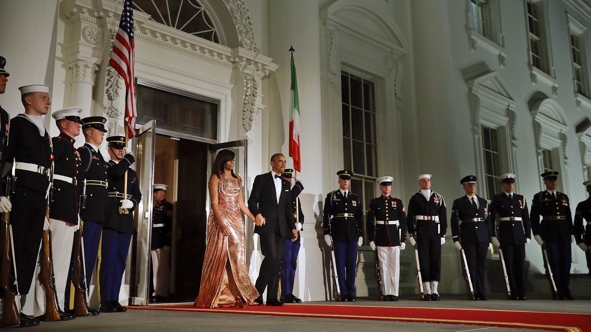 El presidente Obama camina junto a la primera dama hacia la entrada para recibir al mandatario italiano y a su mujer