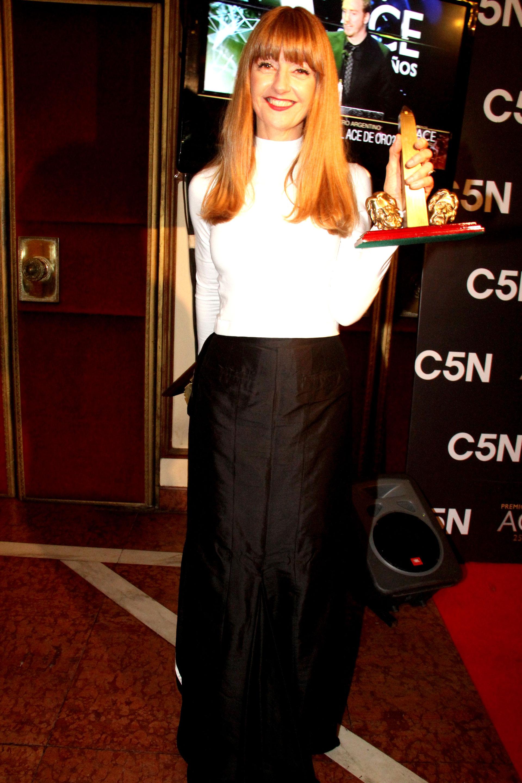 Carola Reyna recibió un premio por su labor en El Padre