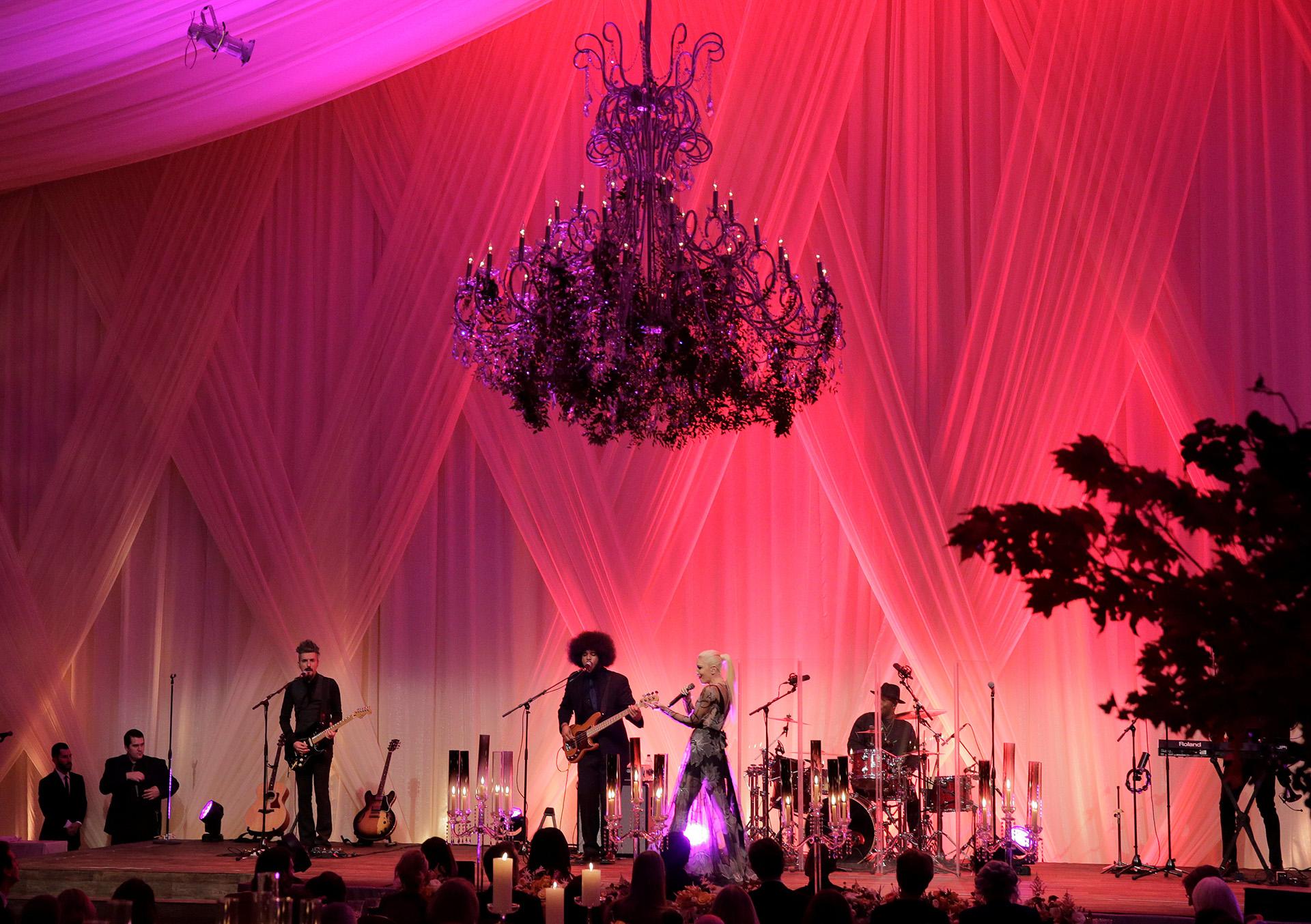 """La cantante pop Gwen Stefani abrió el espectáculo tras la cena con su éxito """"The Sweet Escape"""""""