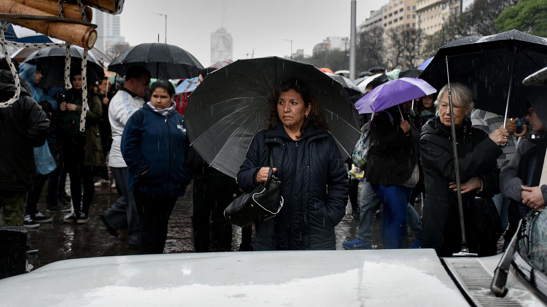 El mal tiempo no impidió que muchas mujeres se acercaran al Obelisco