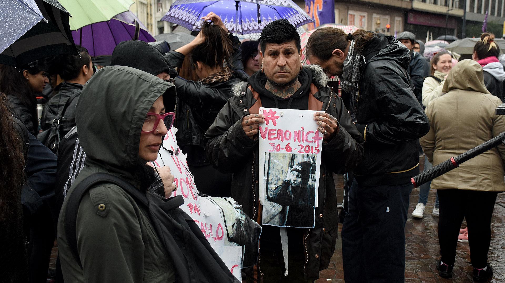 Familiares de víctimas de femicidios con las fotos de sus hijas