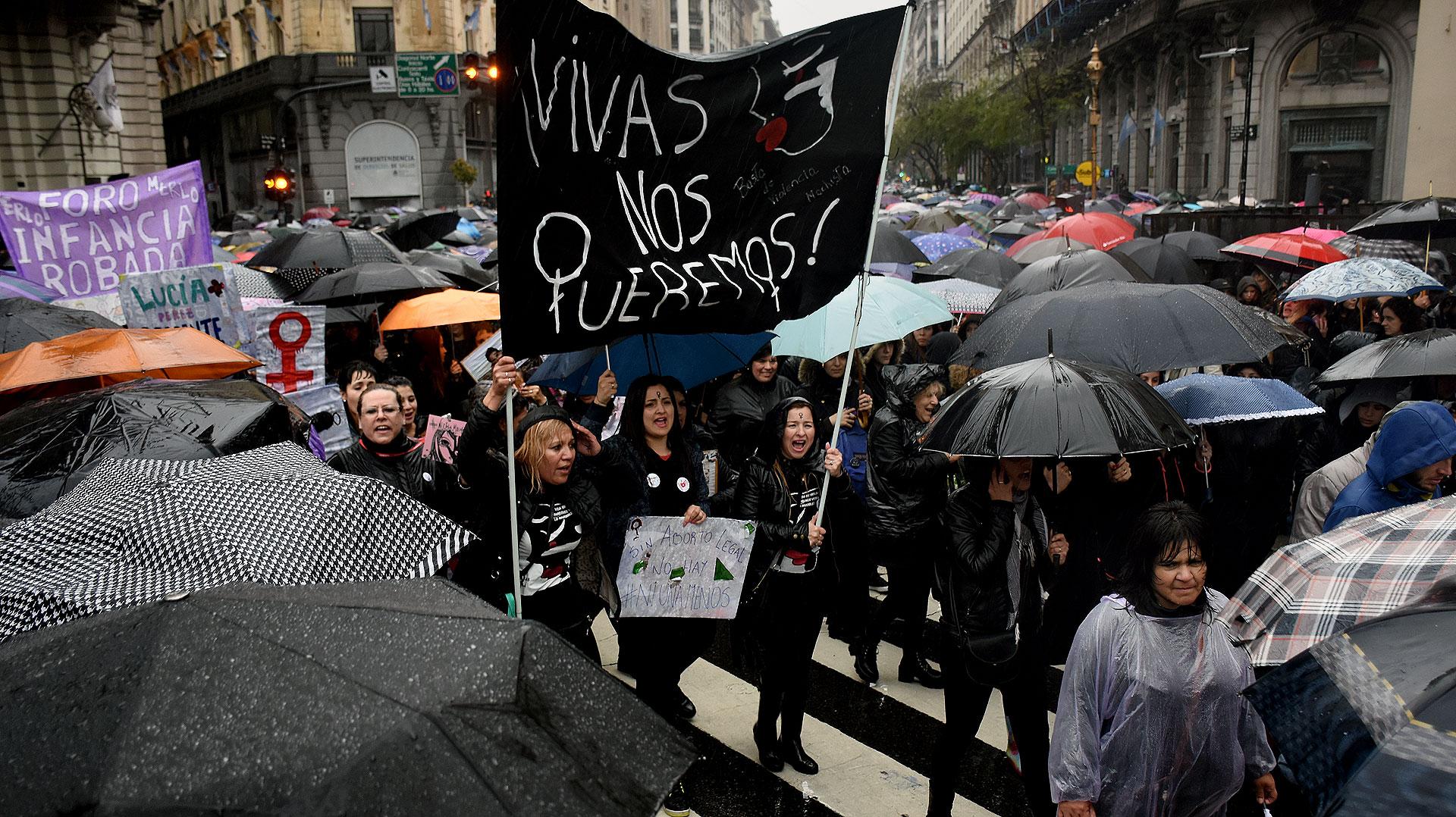 Surgieron nuevas frases virales como #VivasNosQueremos y #MiércolesNegro