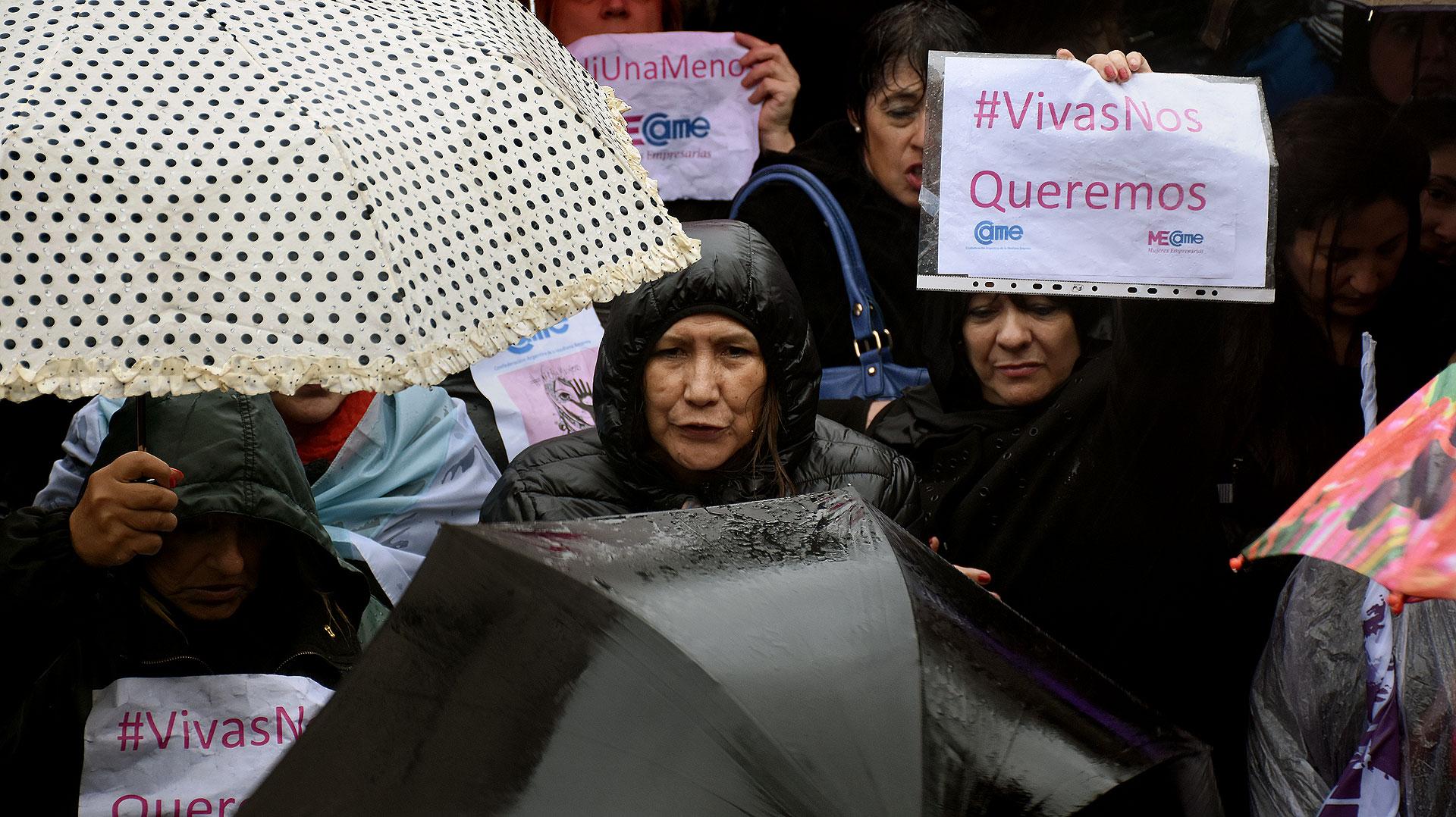 Miles de carteles y panfletos de #NiUnaMenos se destacaron entre los paraguas