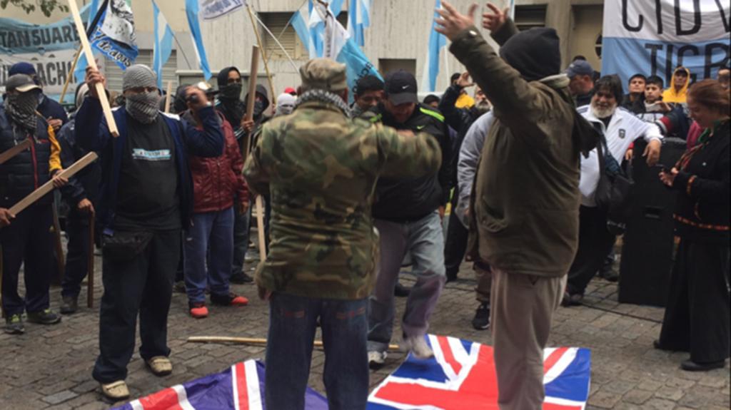 Los activistas pisotearon una bandera inglesa frente a la embajada.