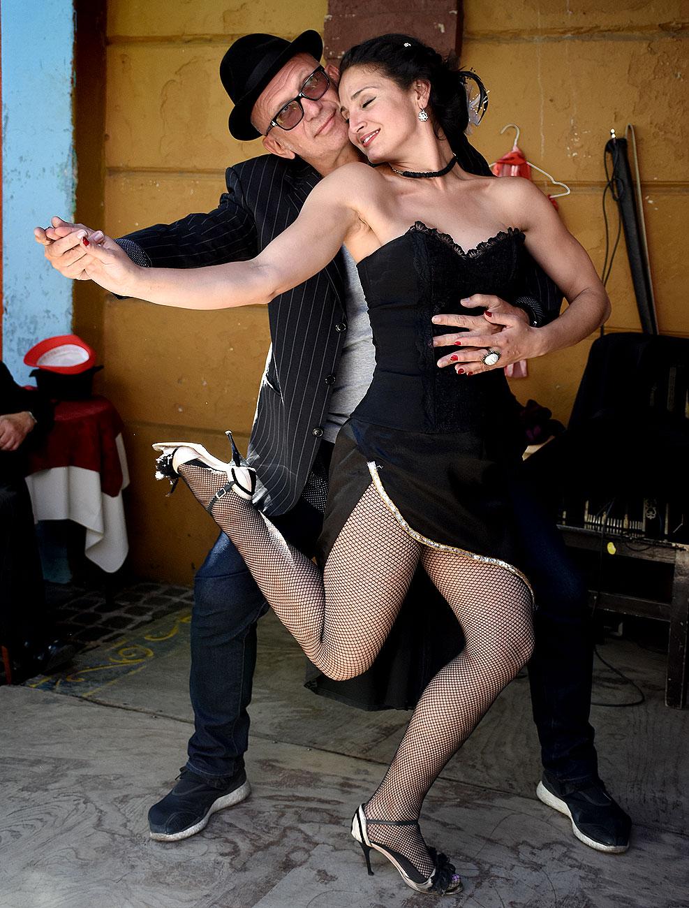 Gaultier posa con una bailarina en Caminito durante una de sus visitas a la Argentina en el 2016 (Nicolás Stulberg)