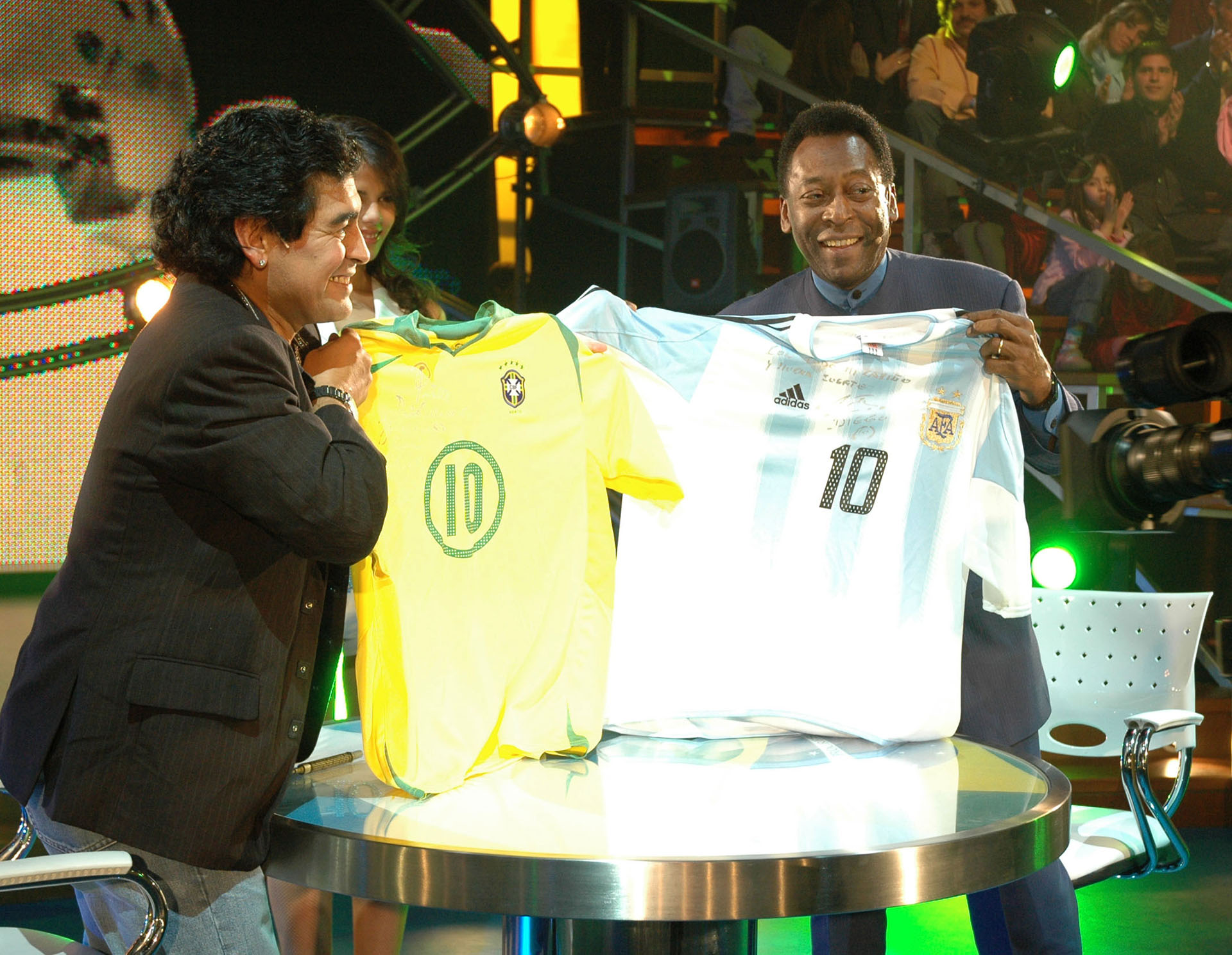 """Diego Maradona, en su debut televisivo en """"La Noche del 10"""", junto a Pele"""