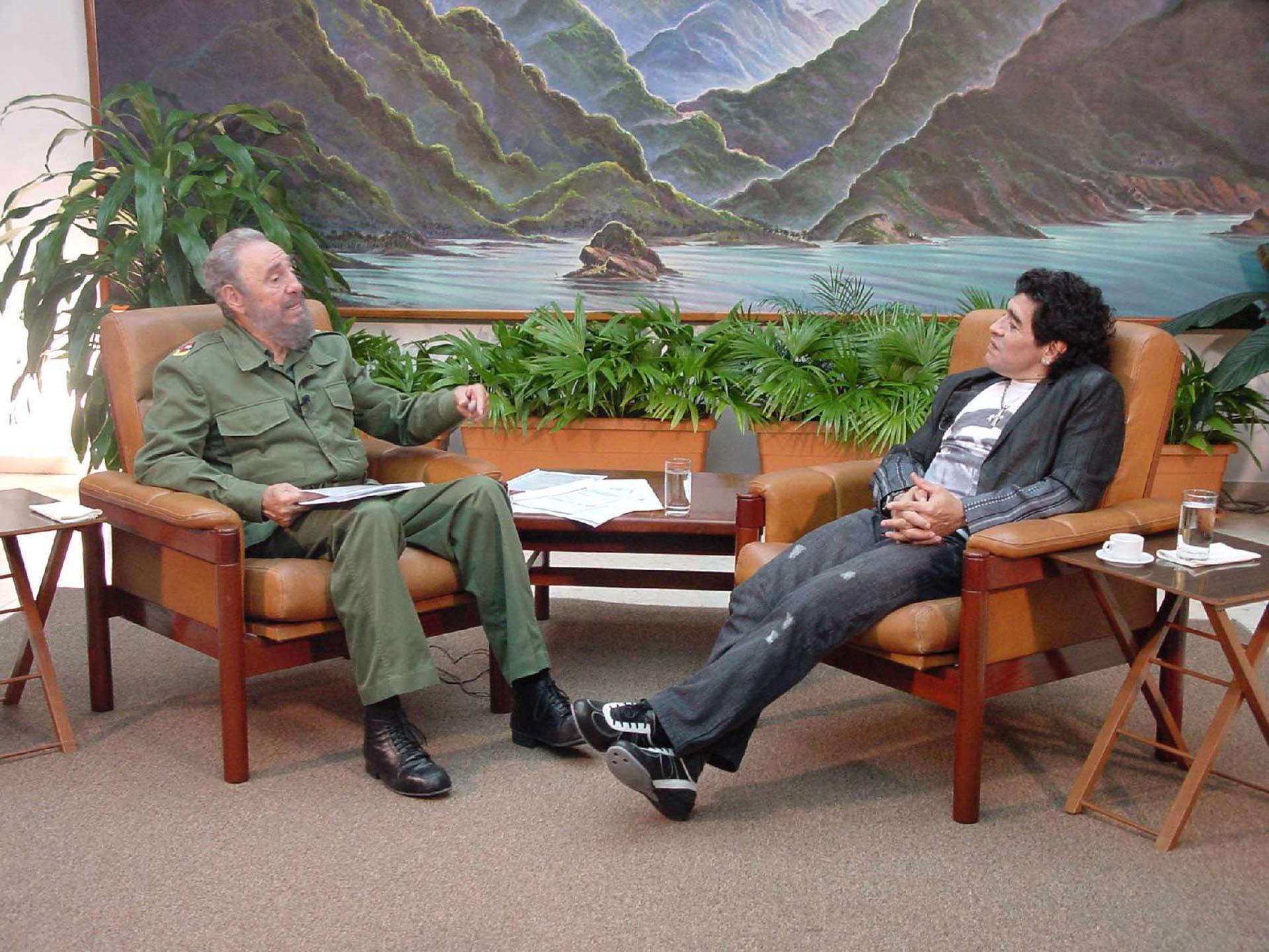 Diego Armando Maradona junto al por entonces mandatario cubano Fidel Castro, durante unaentrevista realizada en la Habana