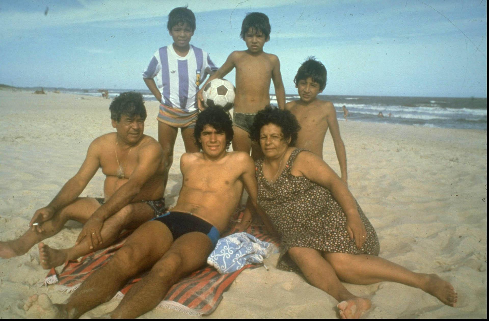 Maradona, siempre junto a su familia en unas vacaciones en 1970