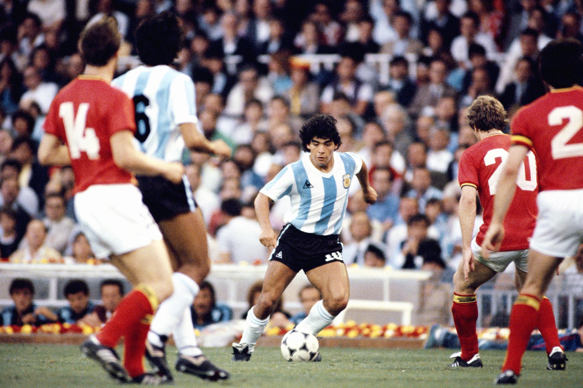 Buscando esquivar la escalonada marca belga, durante la Copa del Mundo de 1982