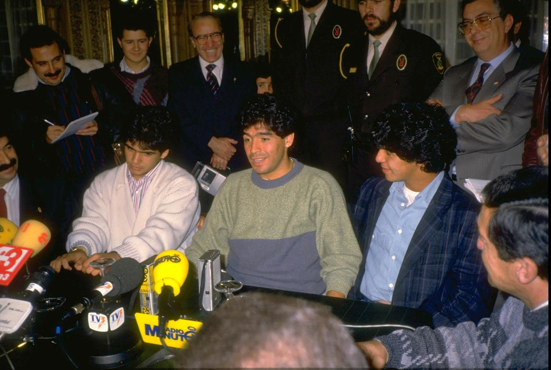 Maradona y una sonrisa grabada en su rostro, durante una conferencia de prensa
