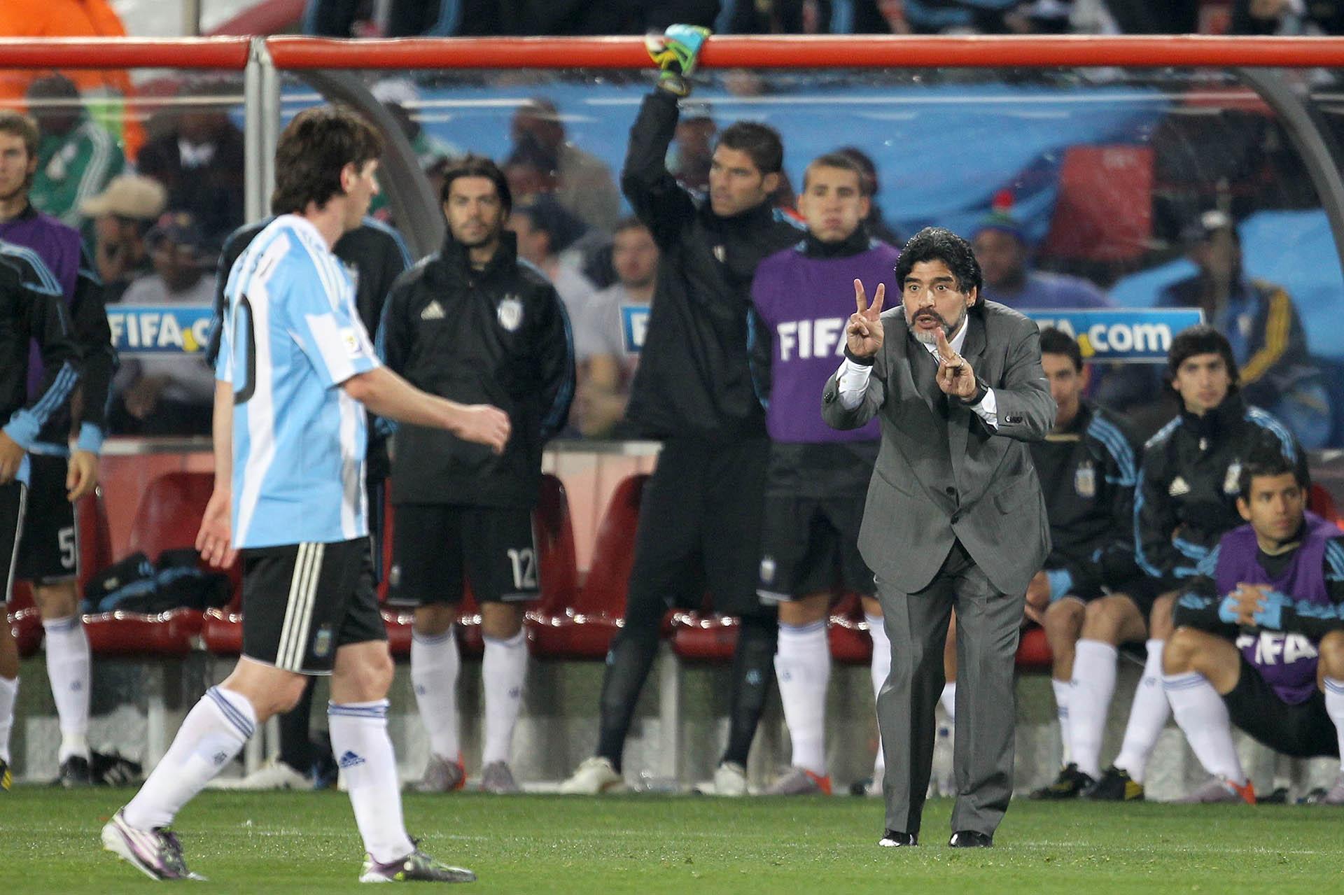 Diego Maradona, dándole indicaciones a Lionel Messi en el partido ante Nigeria
