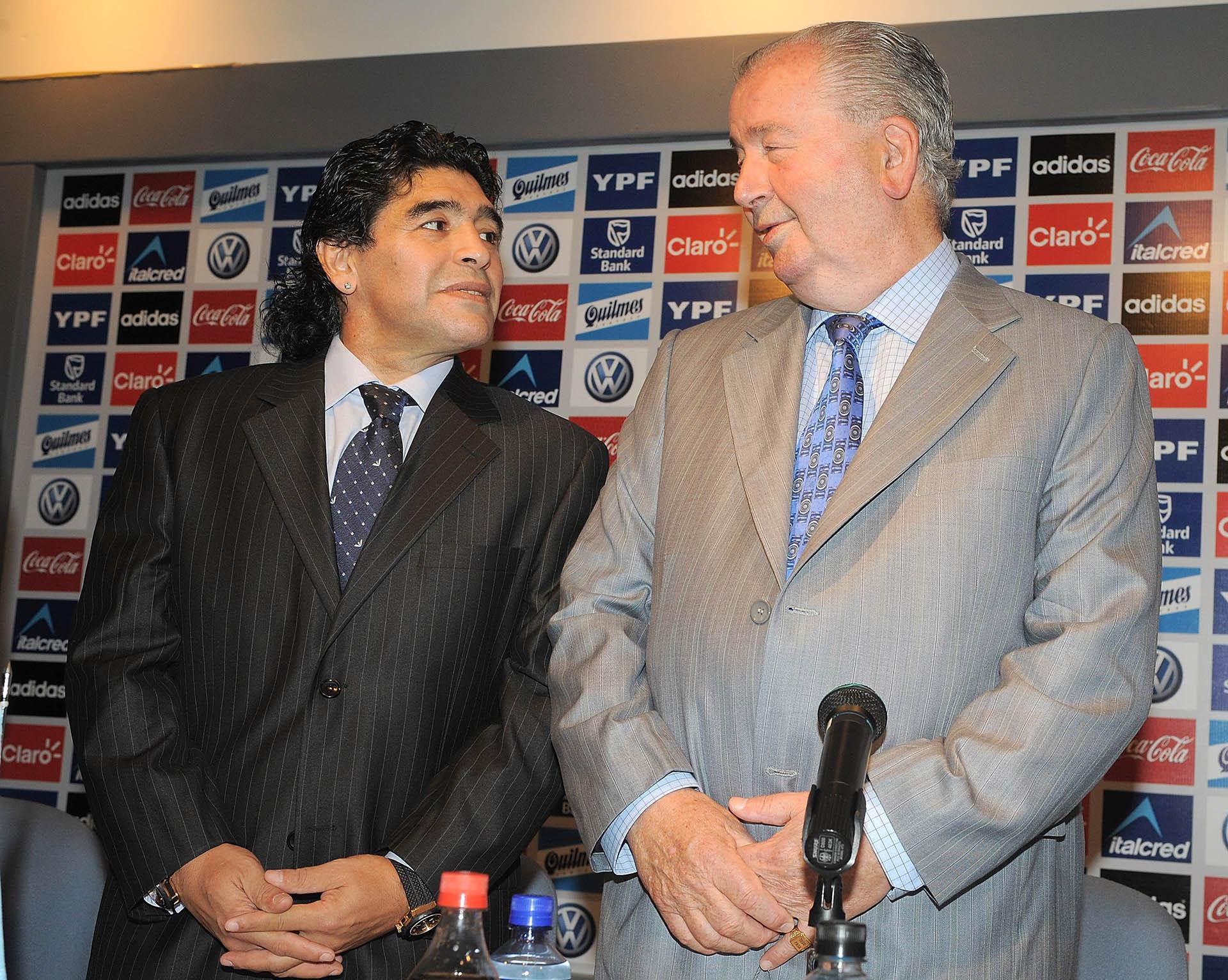 Junto a Julio Humberto Grondona, al ser nombrado como nuevo director técnico de la Selección argentina