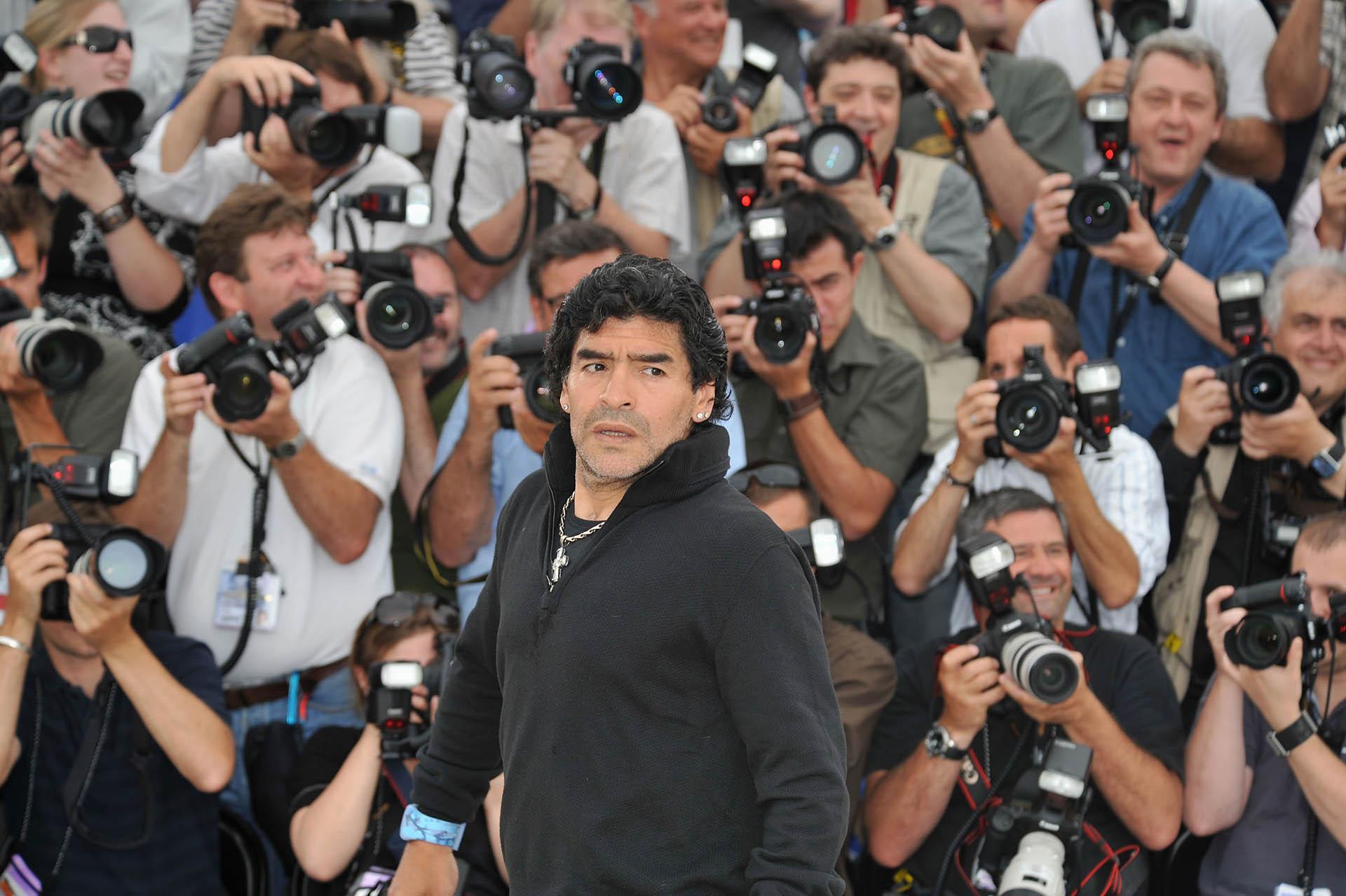Todos los fotógrafos buscan la mejor foto de Diego Maradona, mientras desfila por la alfombra roja del festival de Cannes