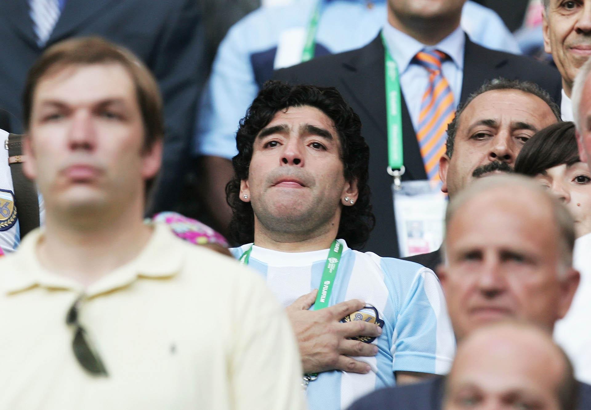 Maradona y su emoción por el himno argentino, durante un partido contra Costa de Marfil en la Copa del Mundo de Alemania 2006