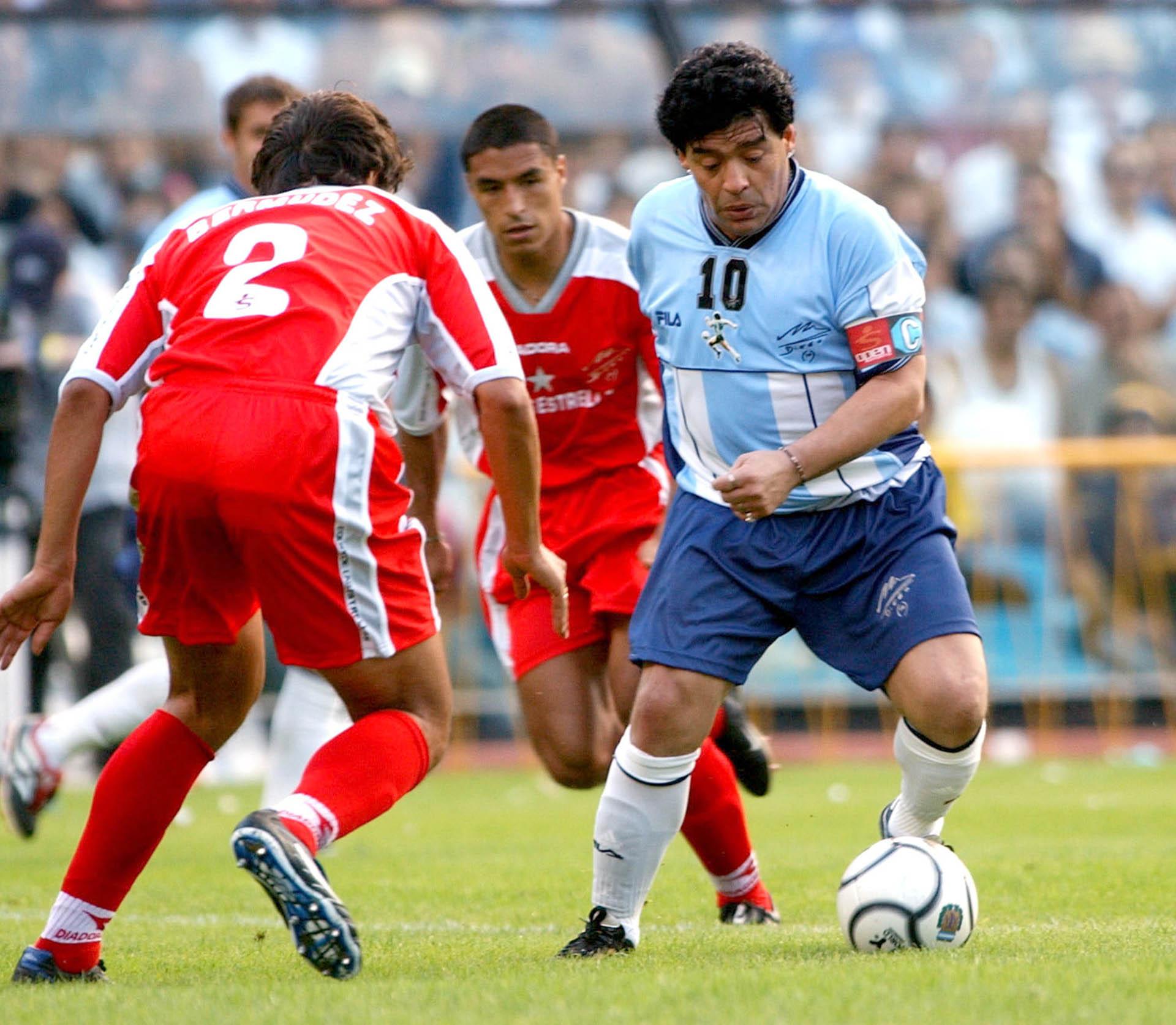 Desplegando su magia en su partido homenaje, ante la marca de Iván Córdoba y el Patrón Bermúdez
