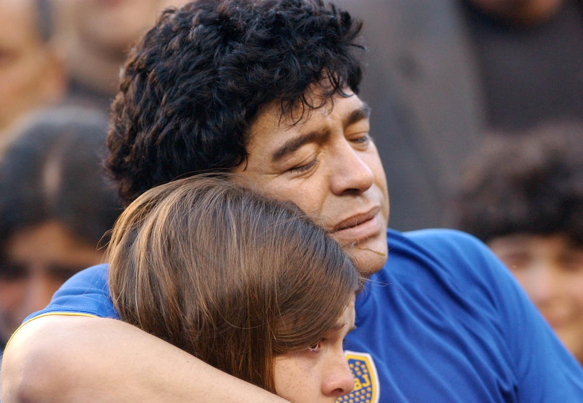 Abrazando a Dalma, en su partido despedida en la Bombonera