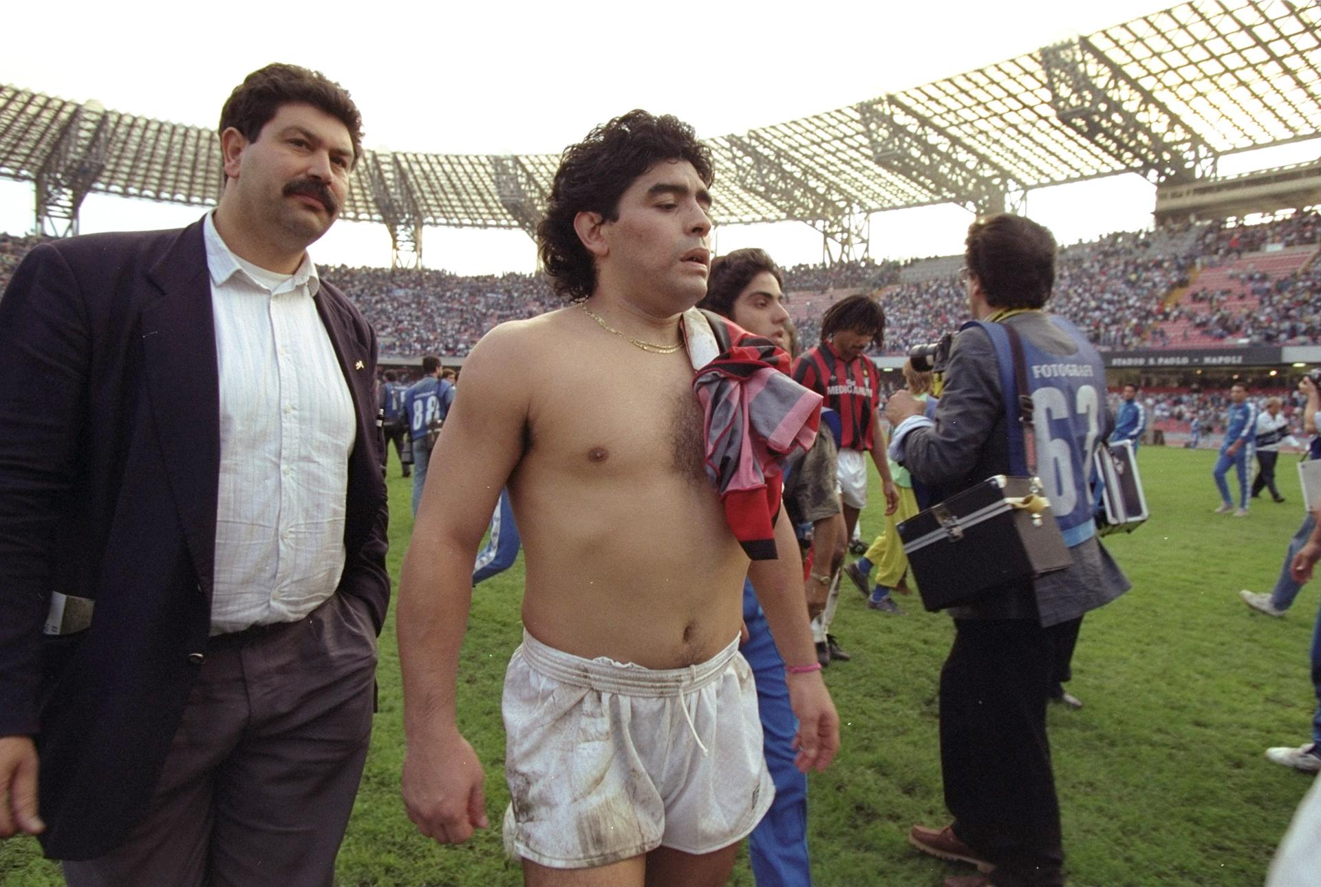Exhausto, tras un partido con el Milan en el San Paolo, en octubre de 1990