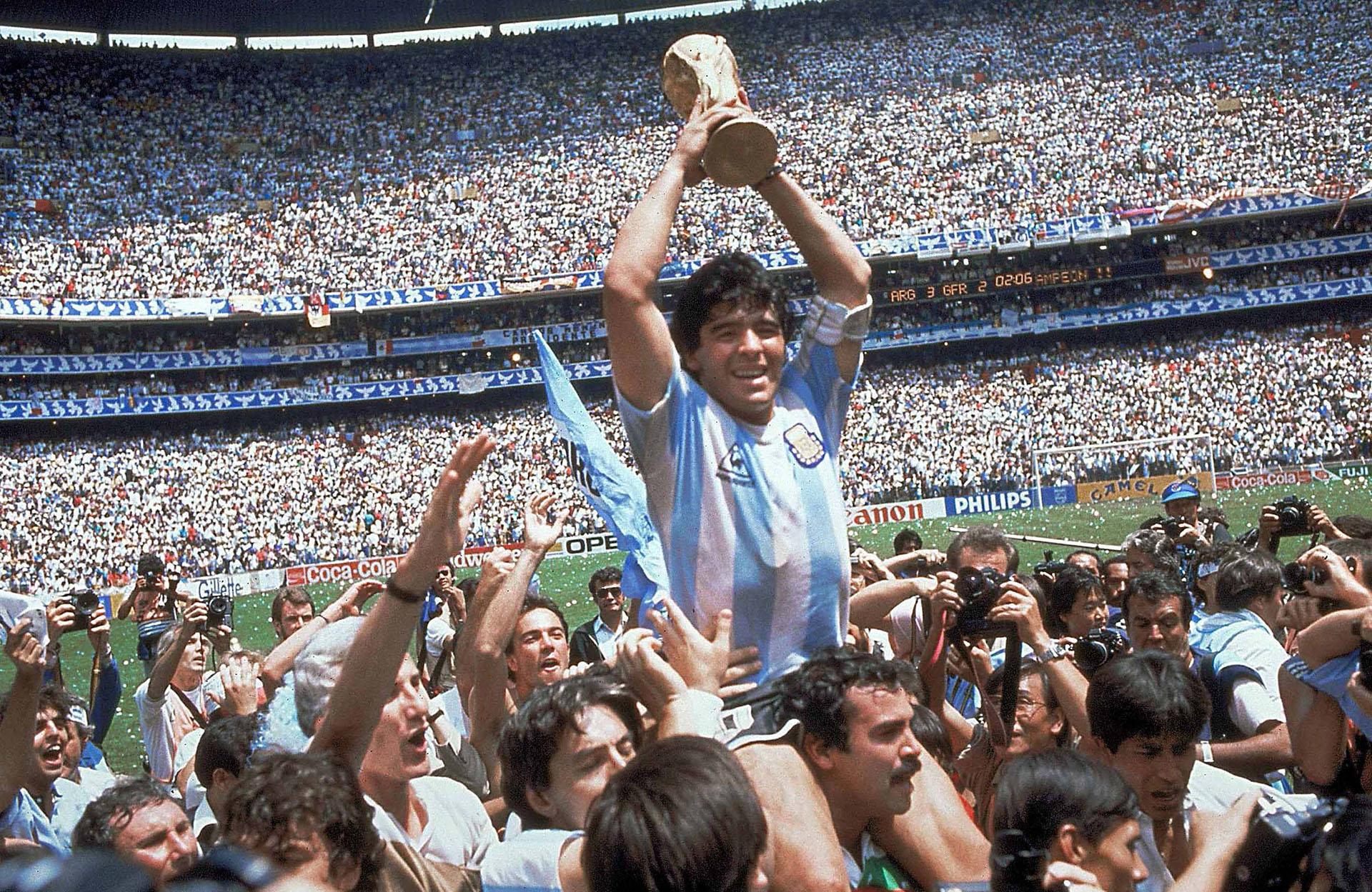Cumpliendo su sueño y el de todos los argenitnos: levantando la Copa del Mundo en México '86