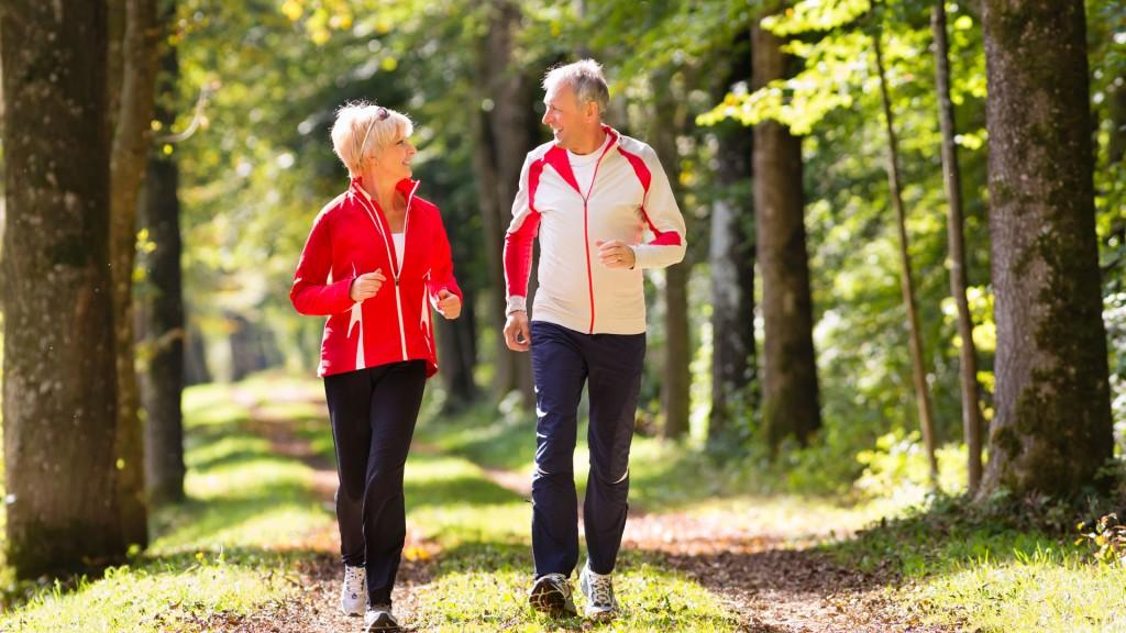 Caminar o correr, uno de los ejercicios recomendados para mantenerse joven (iStock)