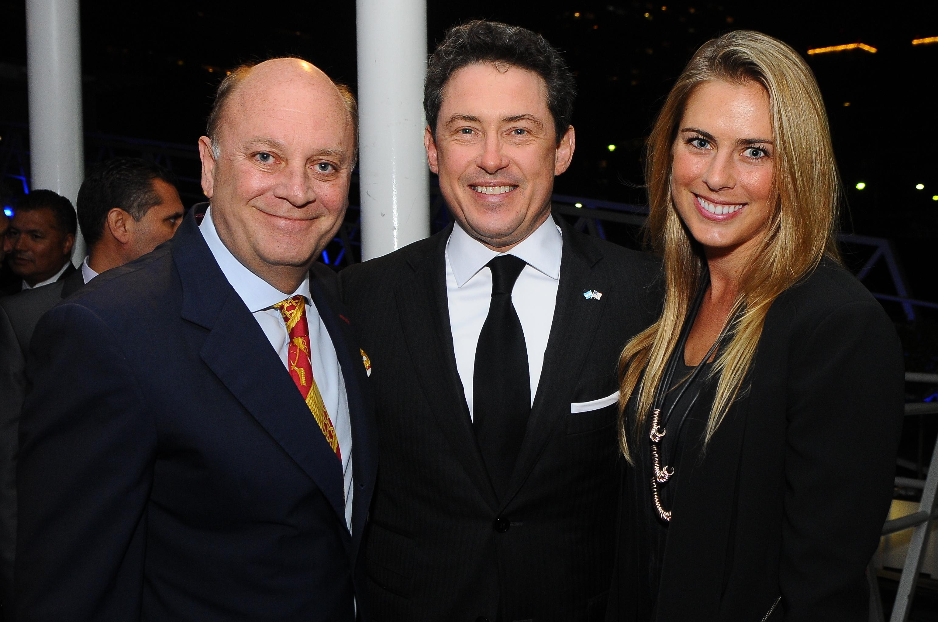 Martín Cabrales junto al embajador de los Estados Unidos en la Argentina, Noah Mamet, y Rachel Levak