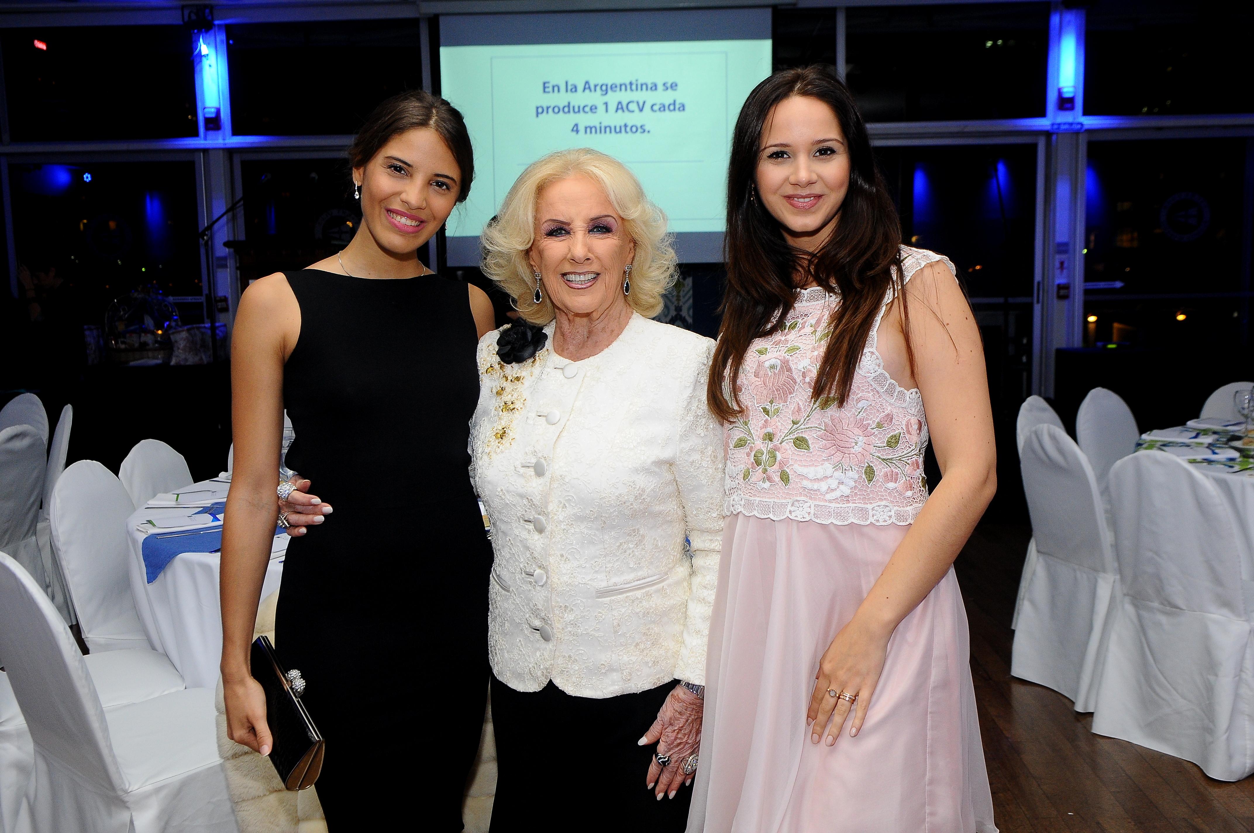 Mirtha Legrand junto a la modelo Taina Laurino Ferreira y la diseñadora Natalí Márquez