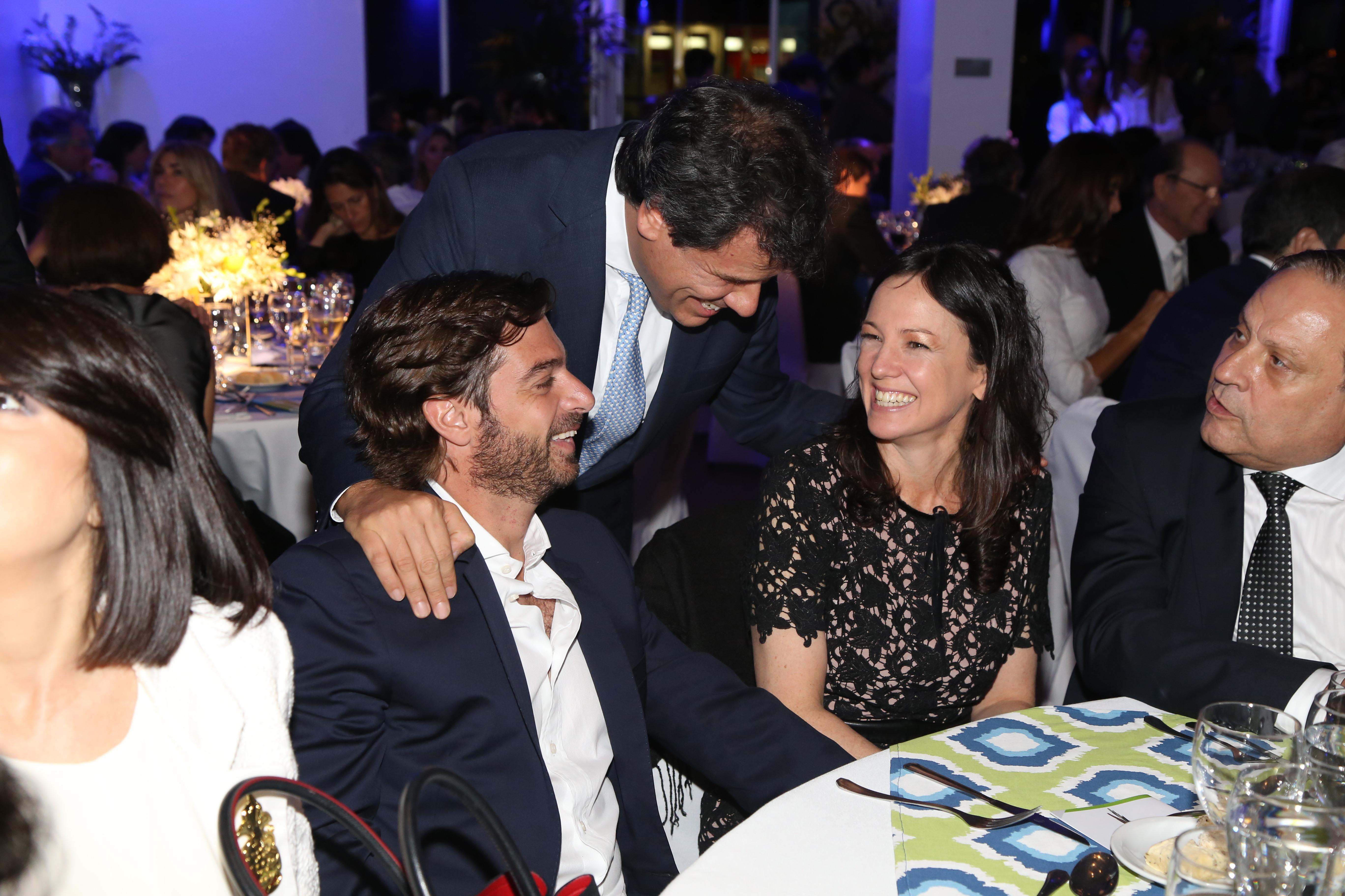 Facundo Manes saluda al ministro de Gobierno de la provincia de Buenos Aires, Federico Salvai; a la ministra de Desarrollo Social, Carolina Stanley, y a Néstor Abatidaga, CEO de Sancor Seguros