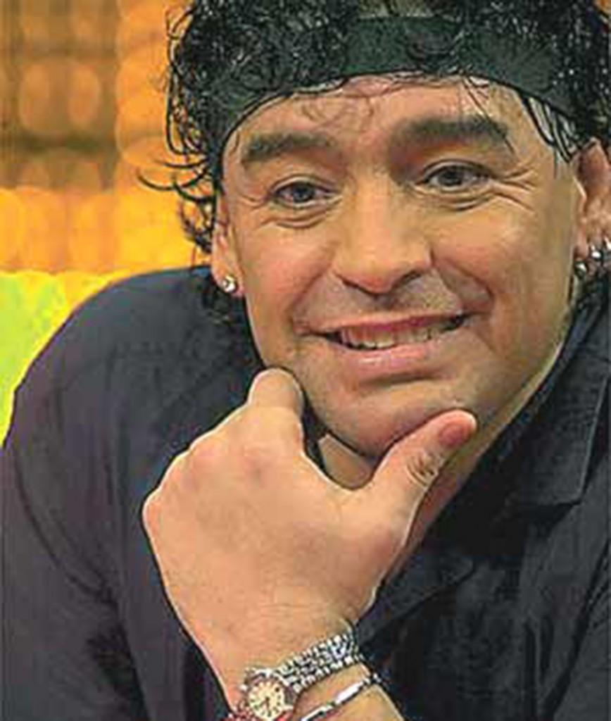 Maradona posando, mientras luce una vincha en su cabellera