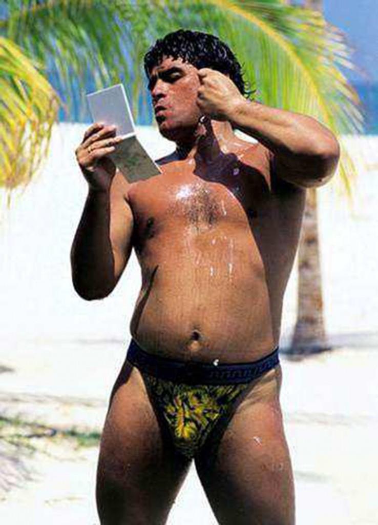Maradona se animó a una zunga, mientras disfruta sus vacaciones por la playa