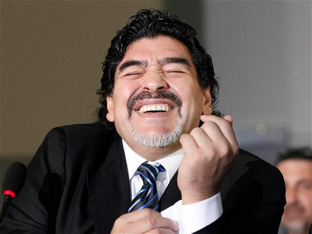 Sonriente, con su barba candado, en medio de una conferencia de prensa