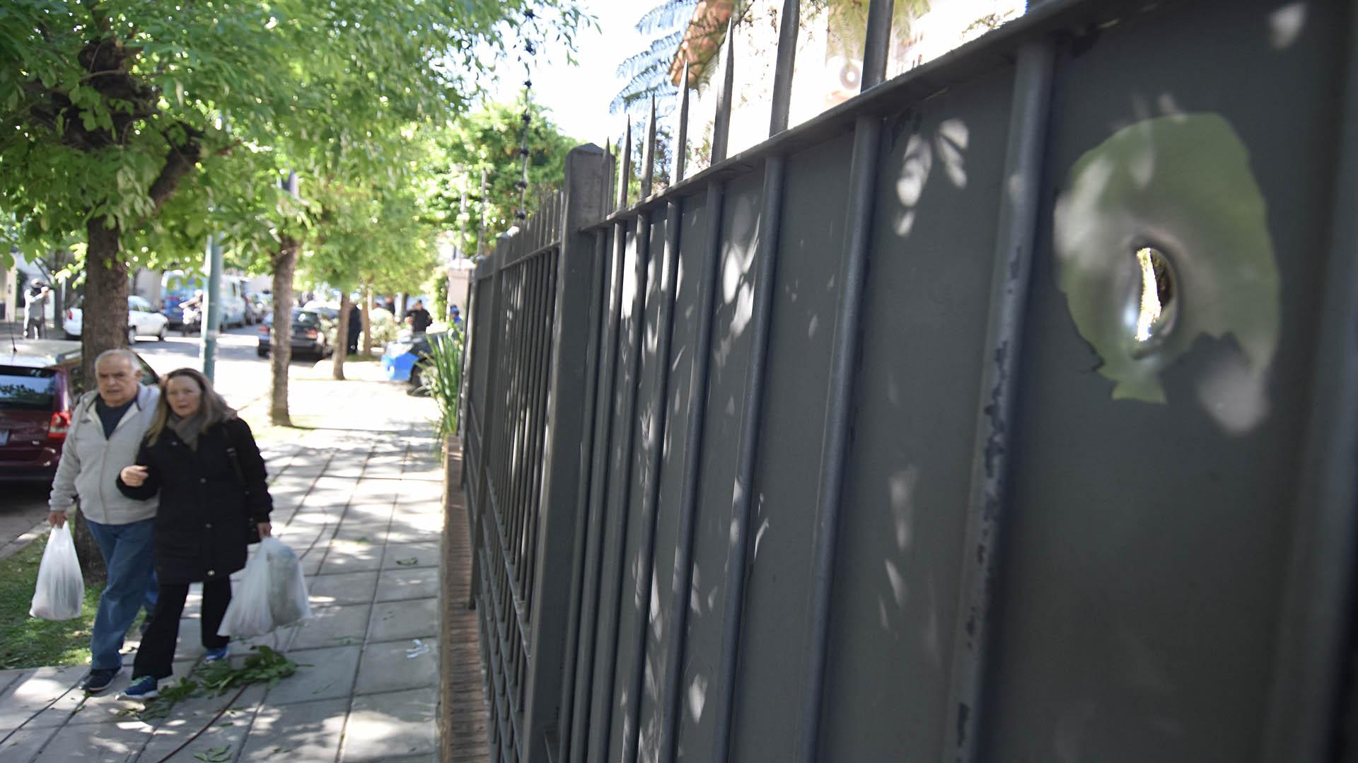 El portón fue atacado a balazos