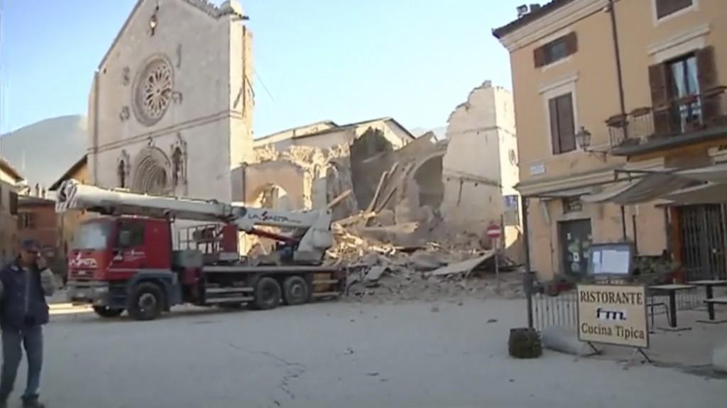 El más grave daño parece ser el de la Basílica de San Benito, del siglo XIV, que se derrumbó casi completamente y solo quedó la fachada