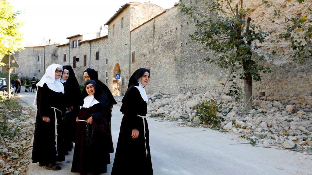 La monjas fueron evacuadas del monasterio y se reunieron en la plaza del pueblo