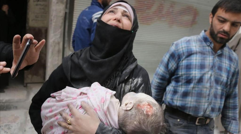 Miles de civiles esperan ser evacuados de Alepo (AFP)