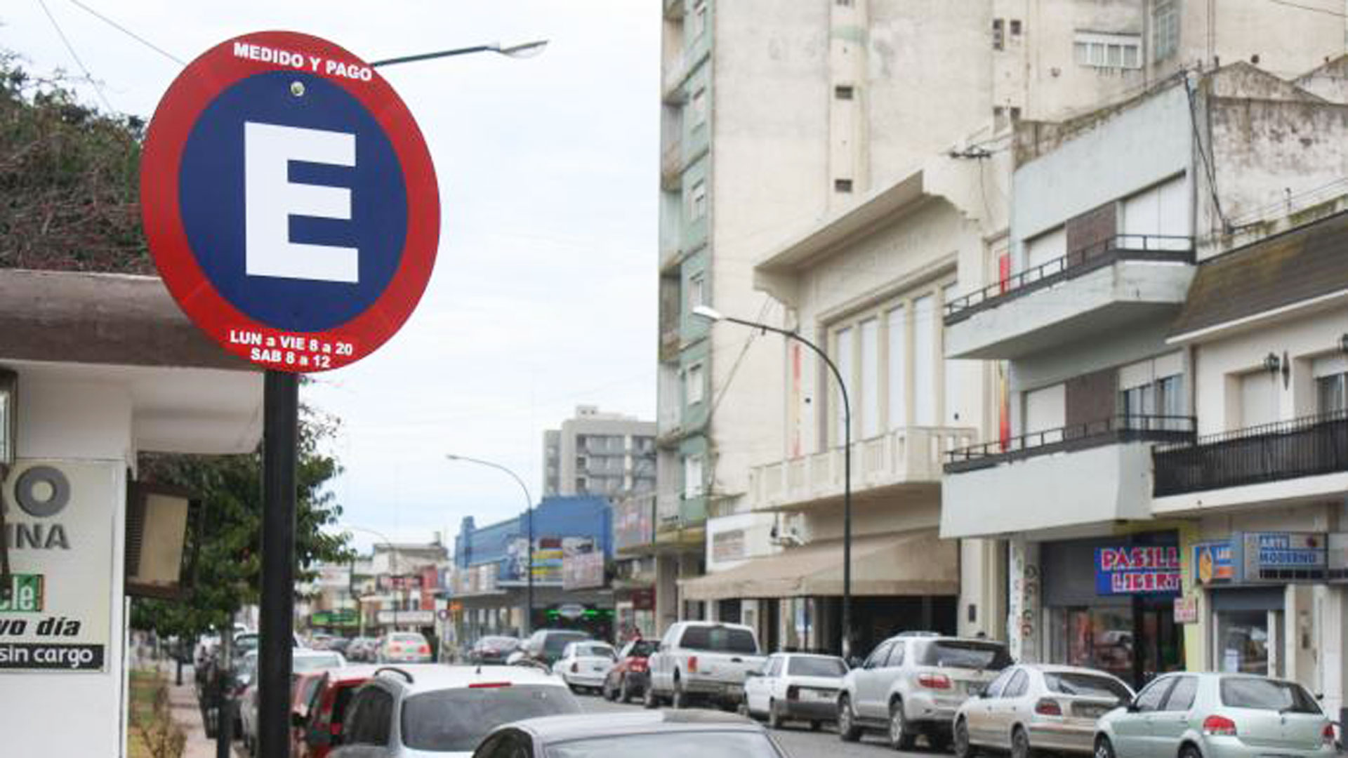 La multa por mal estacionamiento cuesta 100 unidades fijas o, según el valor actual, 1.300 pesos