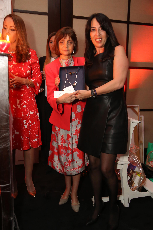 Claudia Stad entregando uno de los premios de la tarde