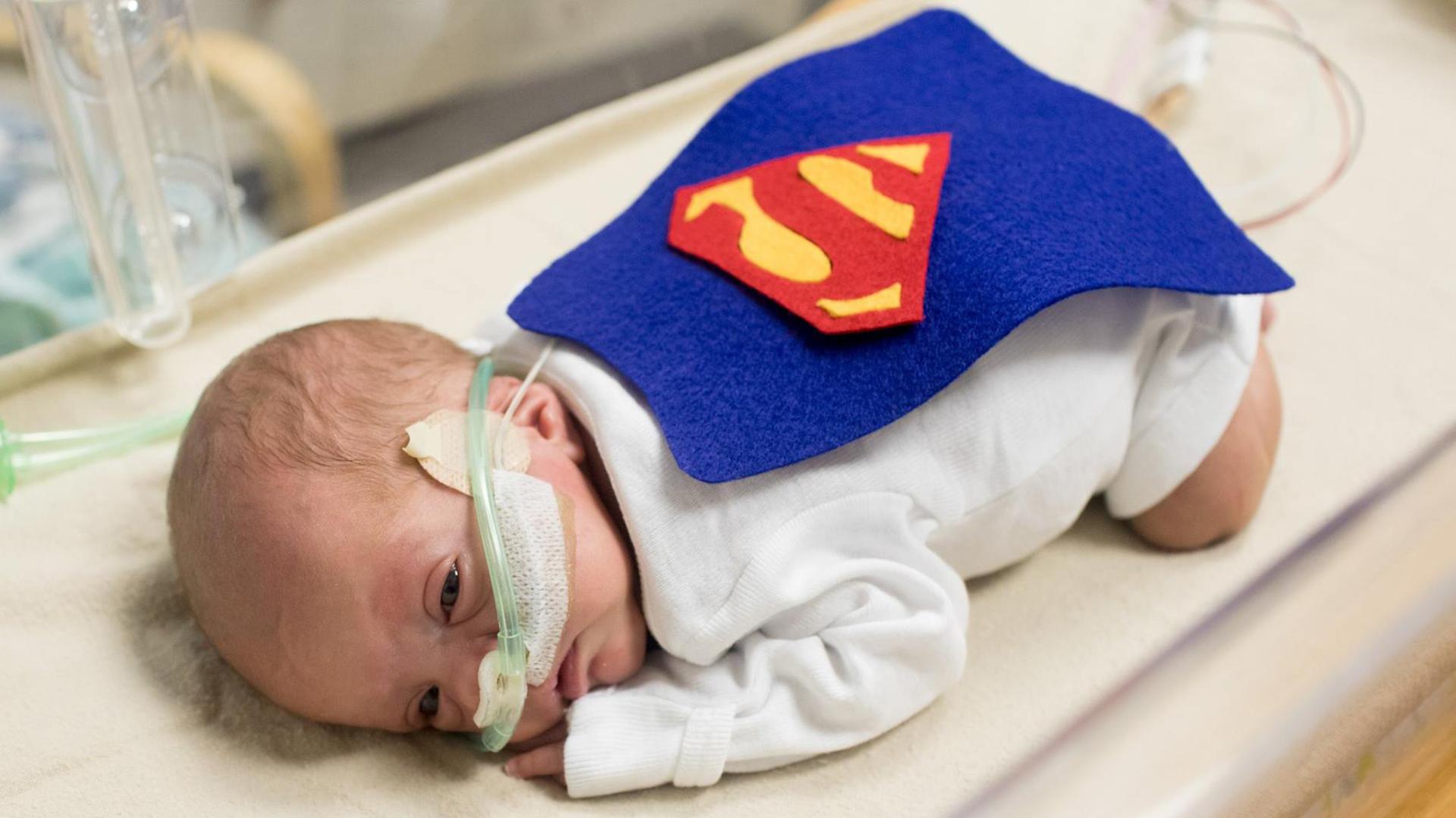 b60b403a2 Prematuros y superhéroes  la campaña de un hospital con bebés recién ...