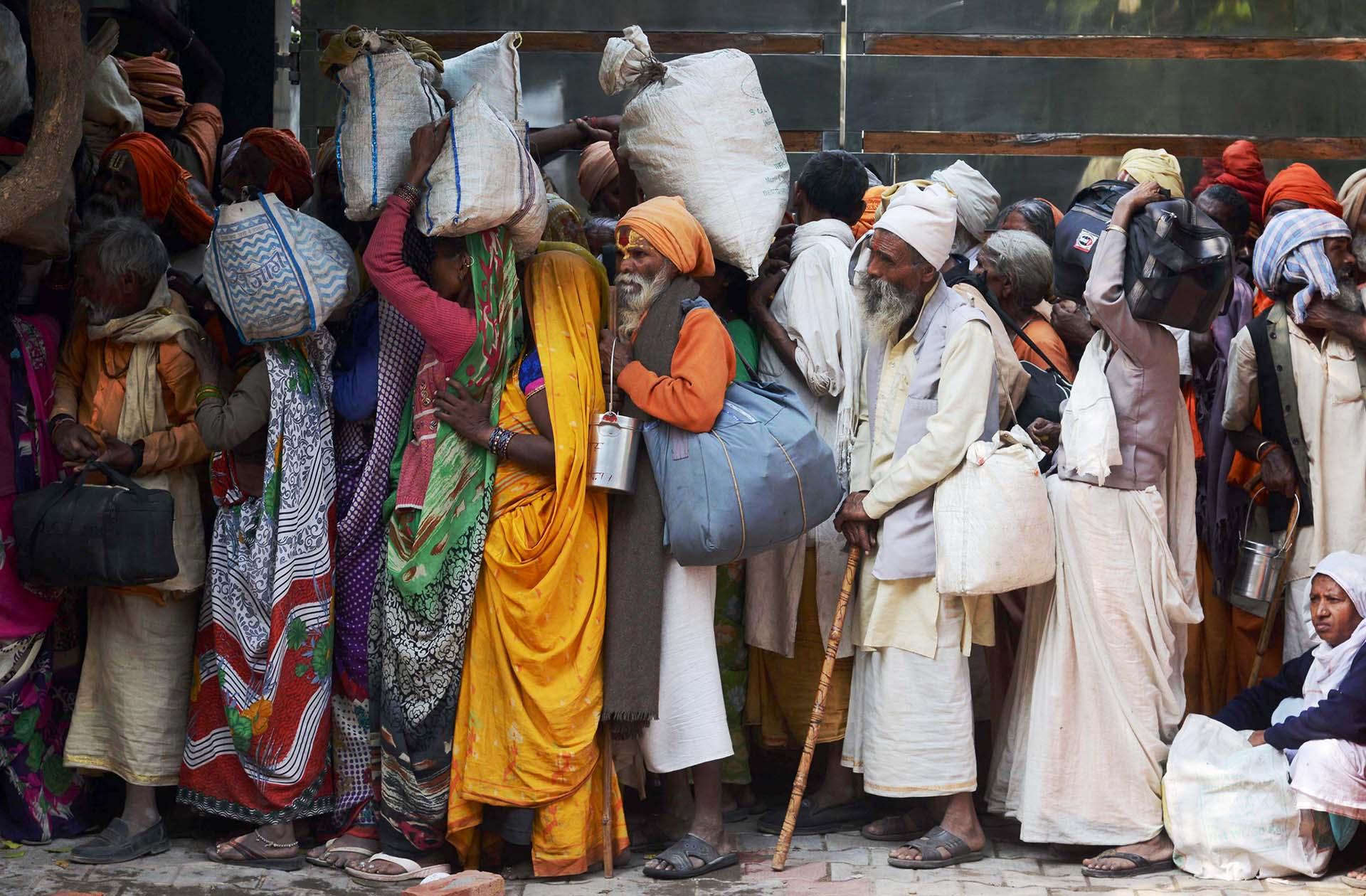 Los sadhus (los hombres santos) hacen cola para recibir las mantas durante una congregación de Sadhu, en el festival de Diwali en Amritsar, India