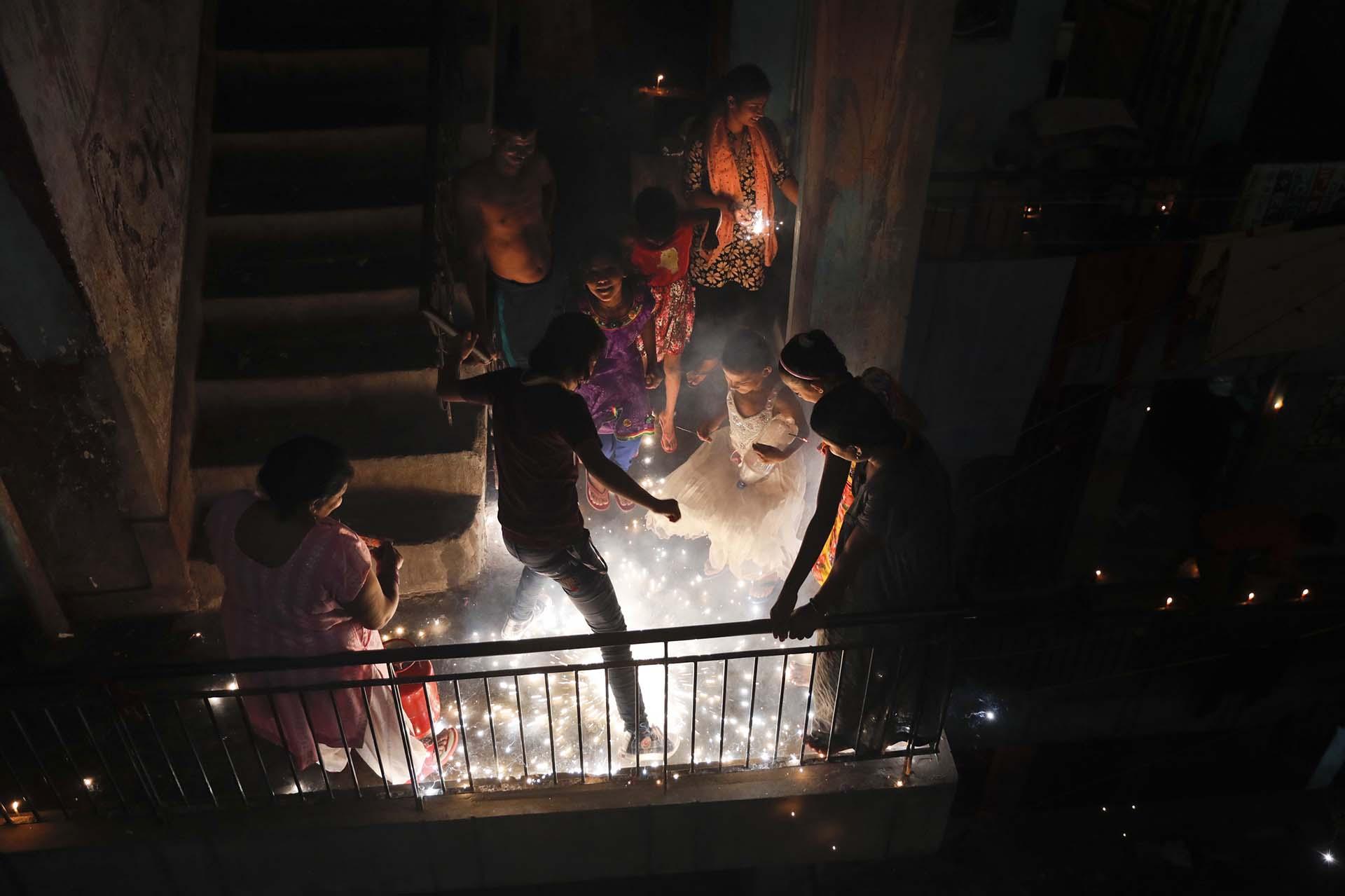 Aquí juegan con petardos durante el festival de Diwali en Nueva Delhi, India