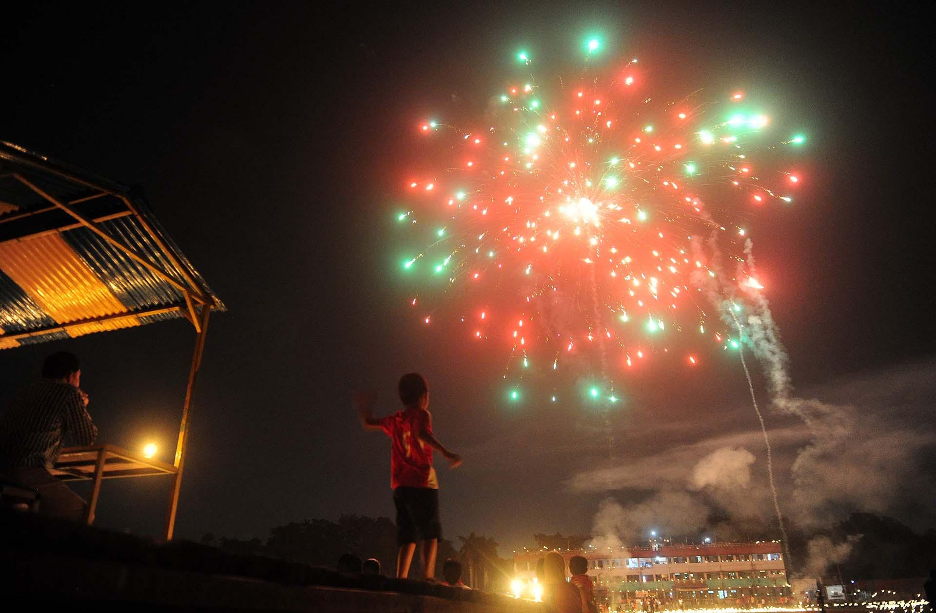 Un niño indio mira los fuegos artificiales en el estadio Madan Mohan Malviya en la víspera del festival hindú de Diwali en Allahabad Diwali, el Festival de las Luces, marca la victoria sobre el mal