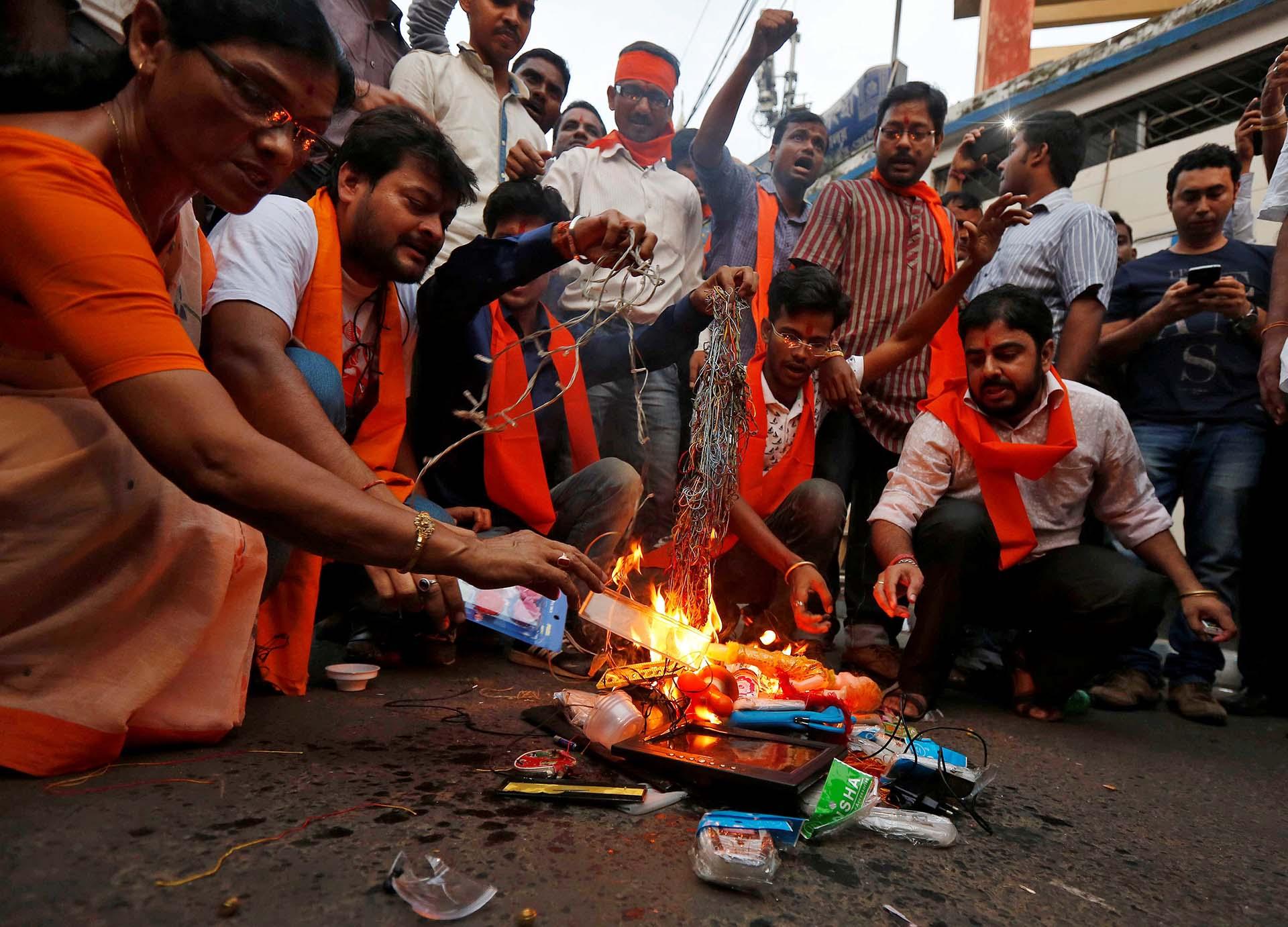 Manifestantes queman productos chinos durante una manifestación organizada por los activistas de Bajrang Dal, un grupo hindú de línea dura, que exigen el boicot de productos chinos, en Kolkata, India