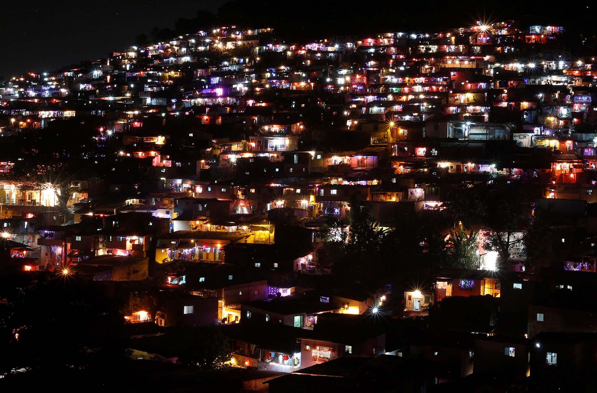 La gente adorna sus casas con linternas y luces durante la celebración del festival hindú anual de Diwali en Mumbai